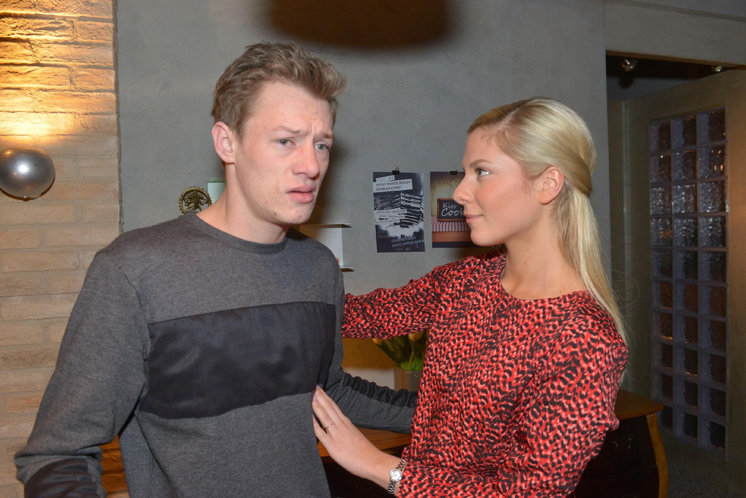 Sunny (Valentina Pahde) versucht Vince (Vincent Krüger) vor der Koch-Bewährungsprobe Mut zuzusprechen.