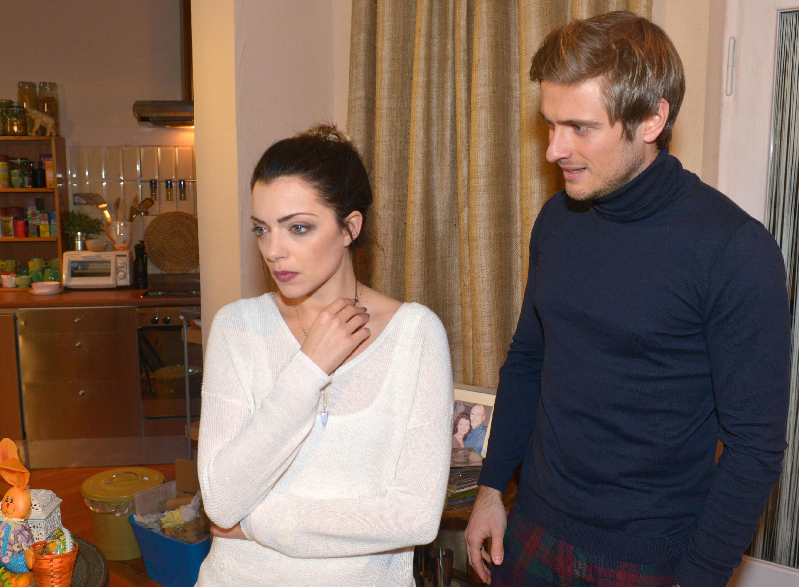 Philip (Jörn Schlönvoigt) versucht Emily (Anne Menden) zu erklären, dass Tayfun ebenso geschockt ist wie sie, dass er Kate in der U-Bahn vergessen hat. (Quelle: RTL / Rolf Baumgartner)