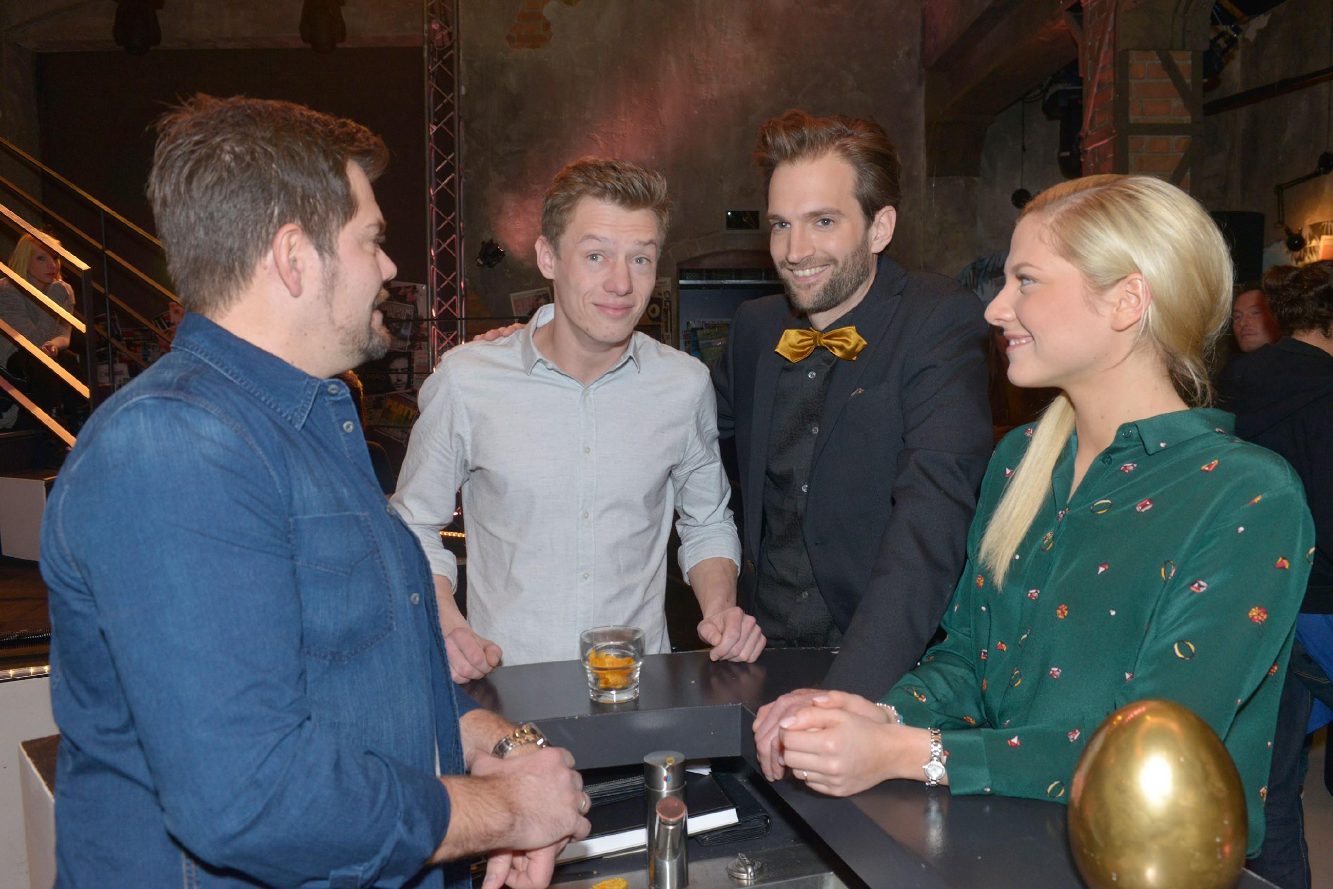 Leon (Daniel Fehlow, l.) und Sunny (Valentina Pahde) freuen sich mit Vince (Vincent Krüger), als Julius Wenzel (Benjamin Bieber) ihm eine Zusammenarbeit anbietet.