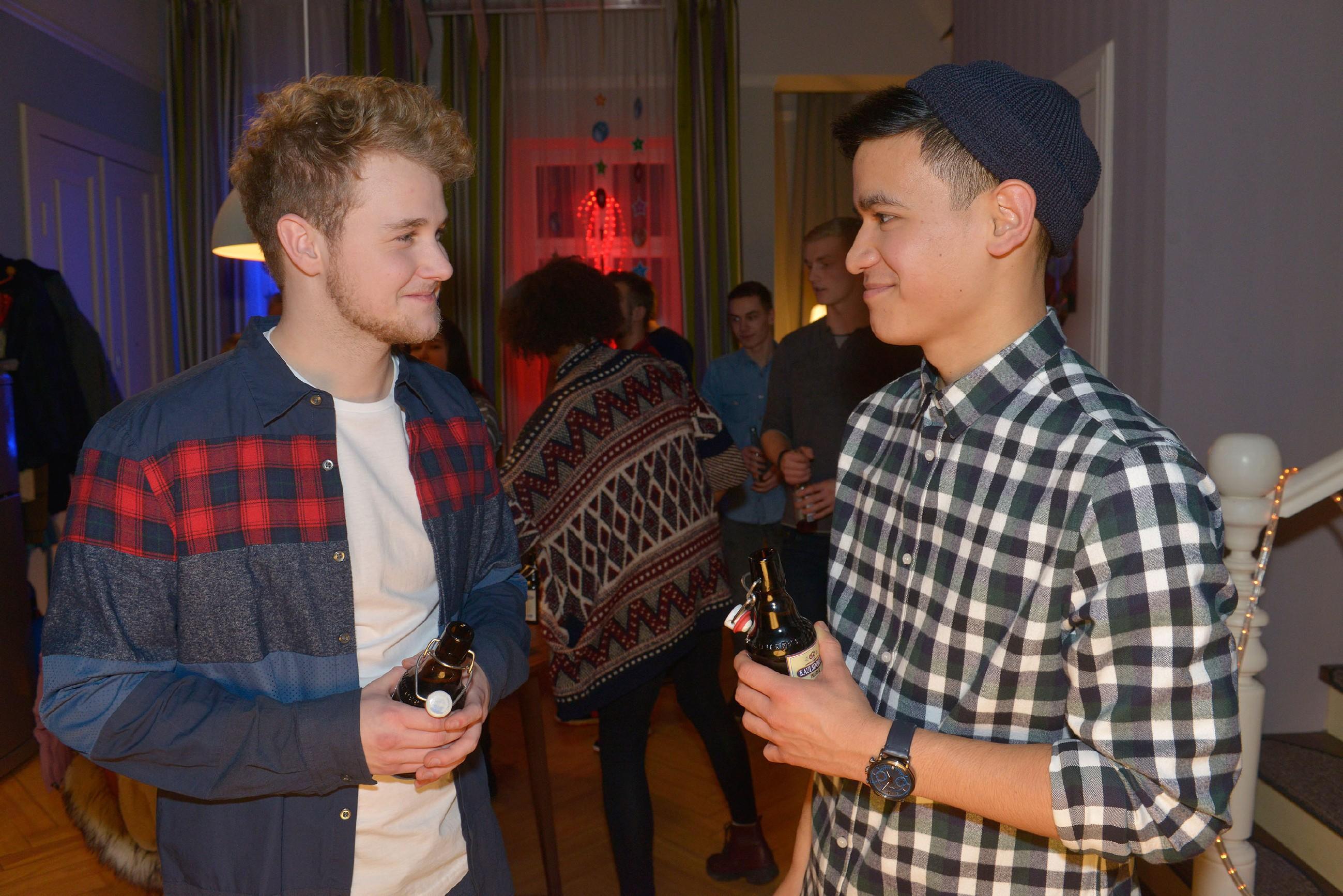 Luis (David Meier) ist von Jonas' (Felix van Deventer) DJ-Qualitäten begeistert. (Quelle: RTL / Rolf Baumgartner)