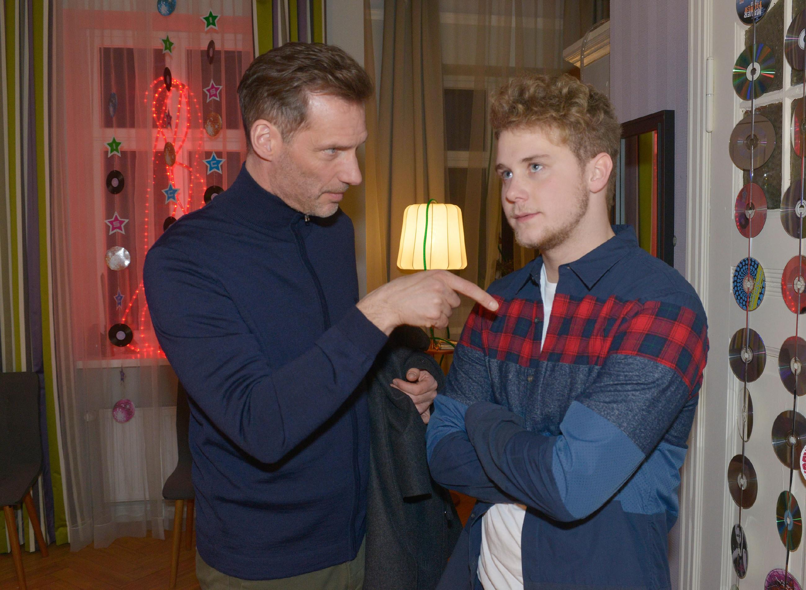 Alexander (Clemens Löhr, l.) ermahnt Jonas (Felix van Deventer), bei seiner Party nicht die Wohnung auf den Kopf zu stellen. (Quelle: RTL / Rolf Baumgartner)