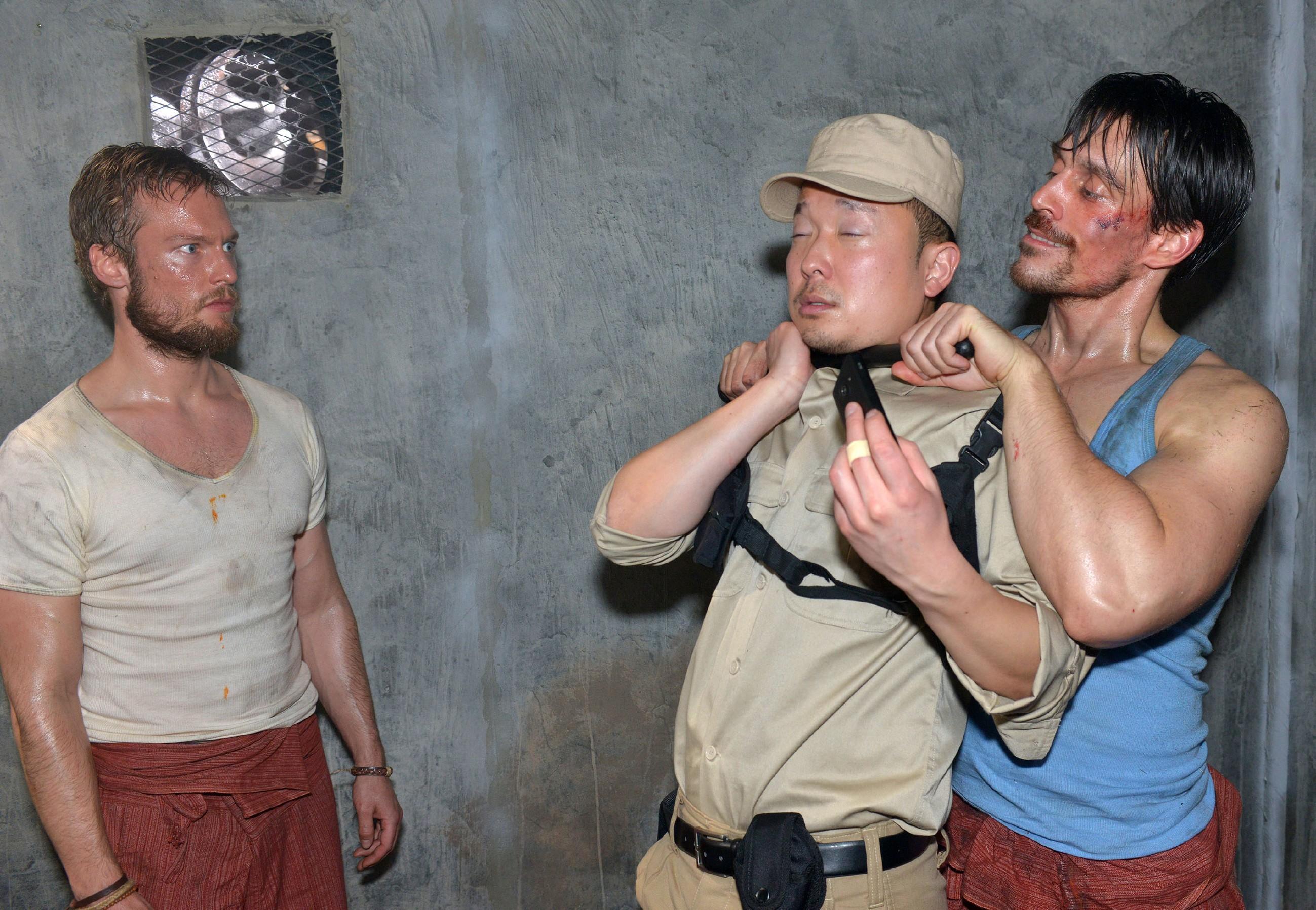 In Gegenwart seines Mithäftlings Tommy Zürner (Marc Bluhm, l.) gelingt es David (Philipp Christopher, r.), den Wärter (Komparse) zu überwältigen. (Quelle: RTL / Rolf Baumgartner)