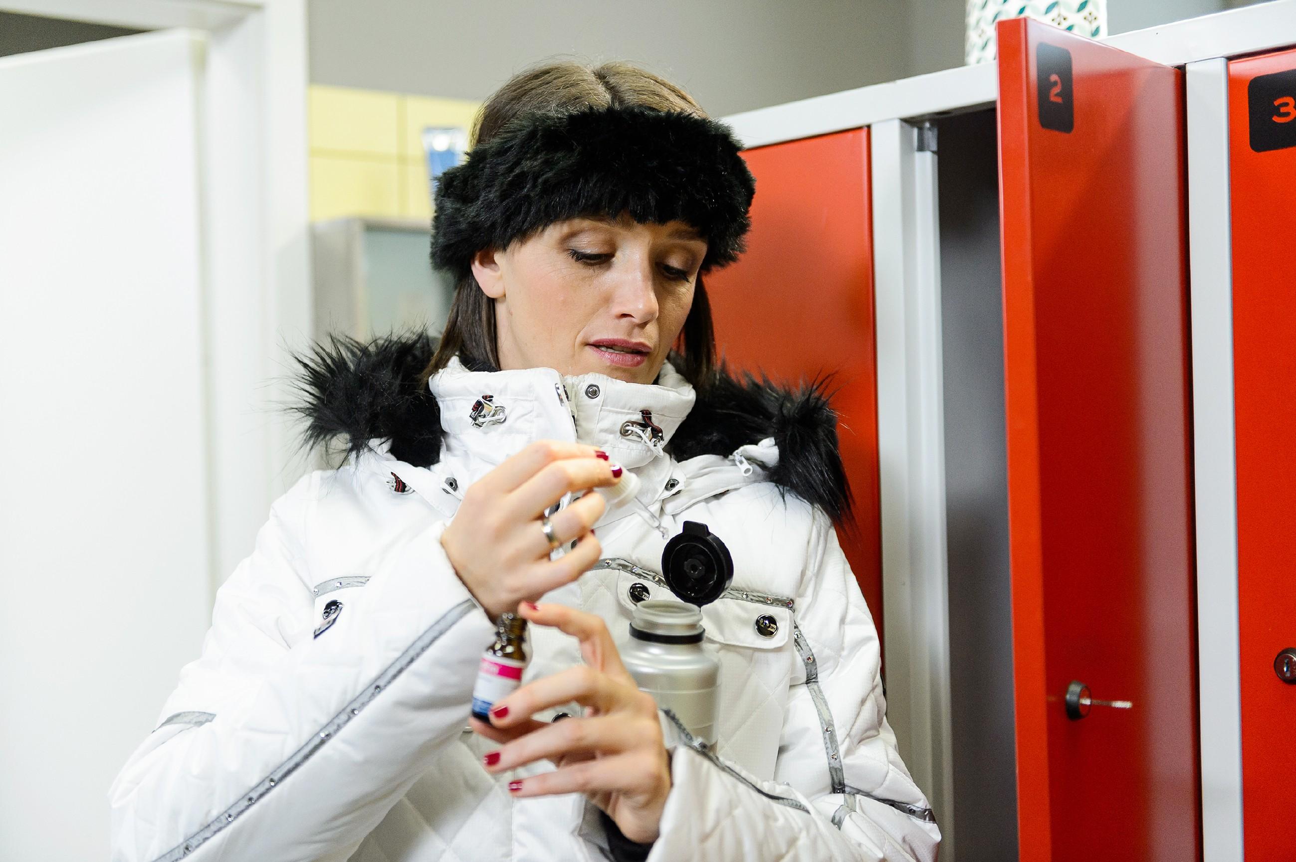 Jenny (Kaja Schmidt-Tychsen) reichert heimlich Maries Getränk mit dem Dopingmittel Ephedrin an. (Quelle: RTL / Willi Weber)