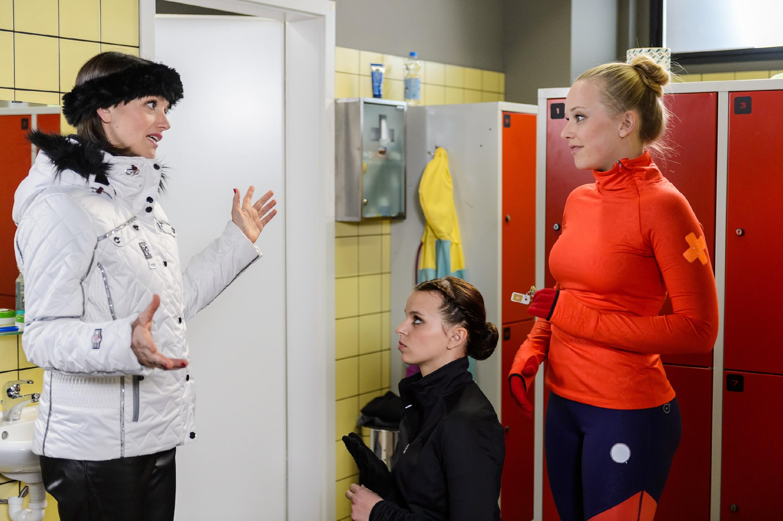 Marie (Judith Neumann, r.) lässt sich auf im Beisein von Jenny (Kaja Schmidt-Tychsen, l.) nicht von Michelle (Franziska Benz) provozieren. (Quelle: RTL / Willi Weber)