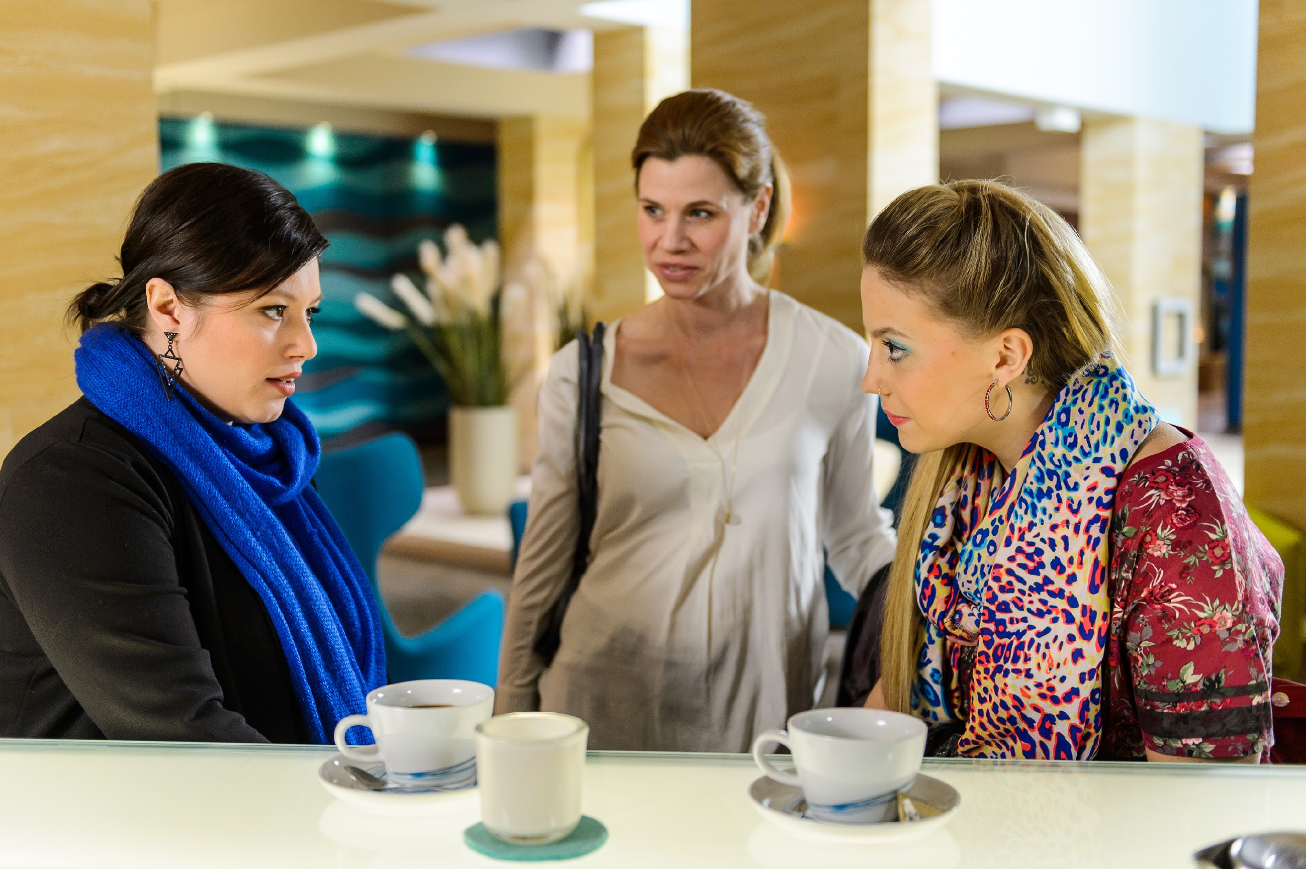 Iva (Christina Klein, r.) verschafft Vanessa (Julia Augustin, l.) eine Gelegenheit, um mehr über das Tattoo von Anne (Alexandra Seefisch) herauszufinden. (Quelle: RTL / Willi Weber)