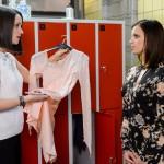 Jenny (Kaja Schmidt-Tychsen, l.) hält Michelles (Franziska Benz) Kürkleid für die Deutsche Meisterschaft für ungeeignet, hat aber schon eine Idee, wo sie ein neues Kleid für Michelle her bekommt. (Quelle: RTL / Willi Weber)