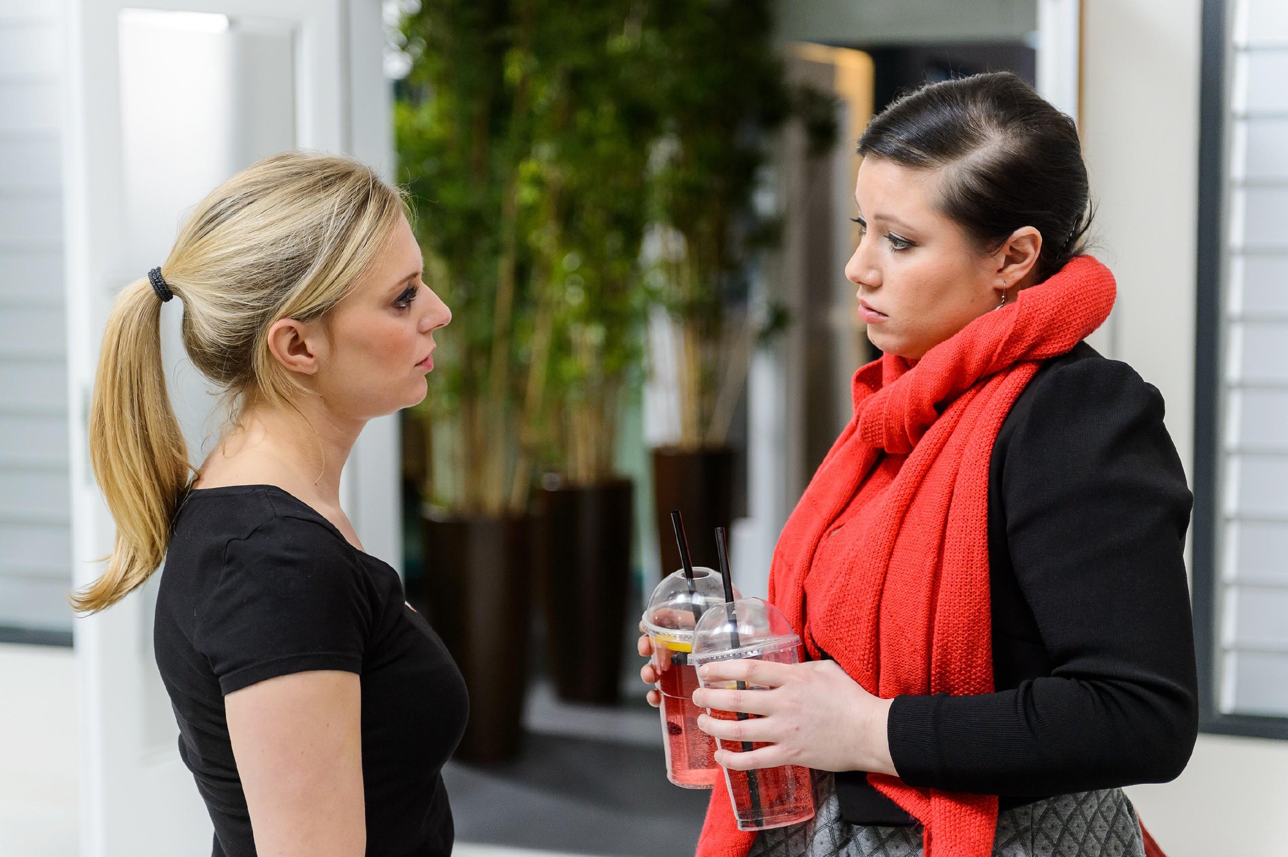 Lena (Juliette Greco, l.) gesteht Vanessa (Julia Augustin) verletzt, nicht zu wissen, wie es zwischen ihr und Marian weitergehen soll. (Quelle: RTL / Willi Weber)