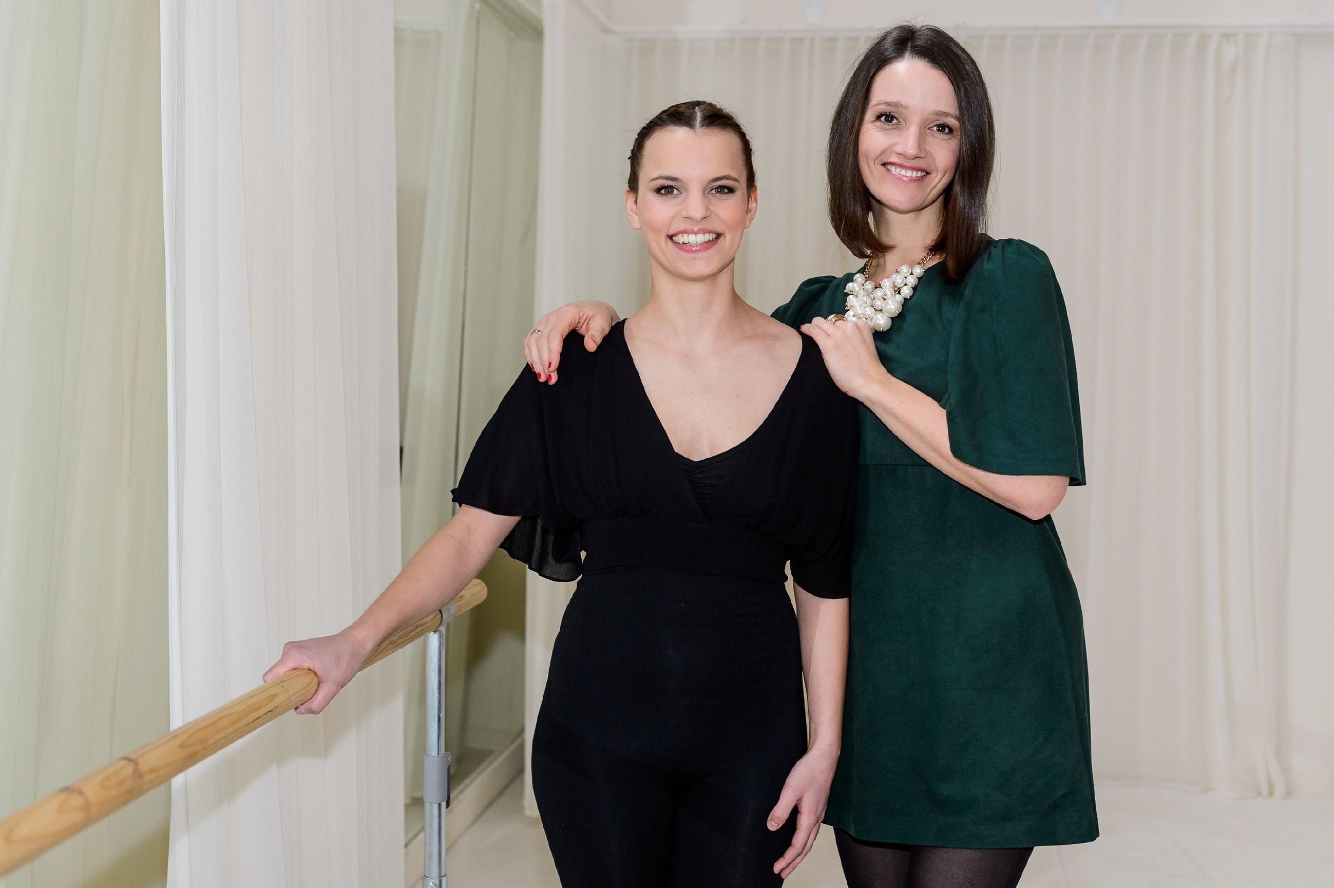 Michelle (Franziska Benz, l.) ist stolz, als Jenny (Kaja Schmidt-Tychsen) sie der Presse als großes Talent vorstellt. (Quelle: RTL / Willi Weber)