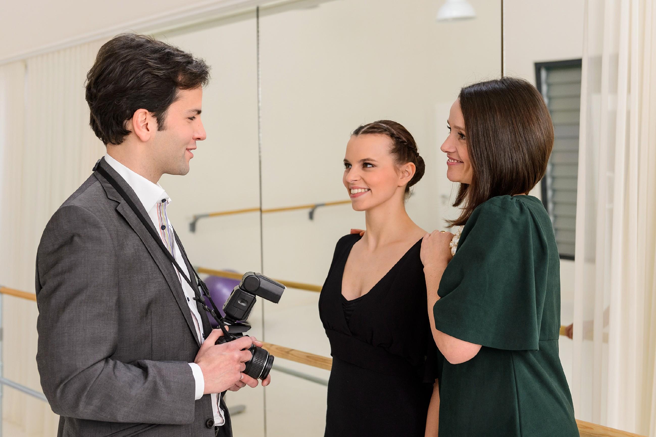 Michelle (Franziska Benz, M.) ist stolz, als Jenny (Kaja Schmidt-Tychsen) sie dem Reporter Stefan Schnabel (Sami Reichenbach) als großes Talent vorstellt. (Quelle: RTL / Willi Weber)