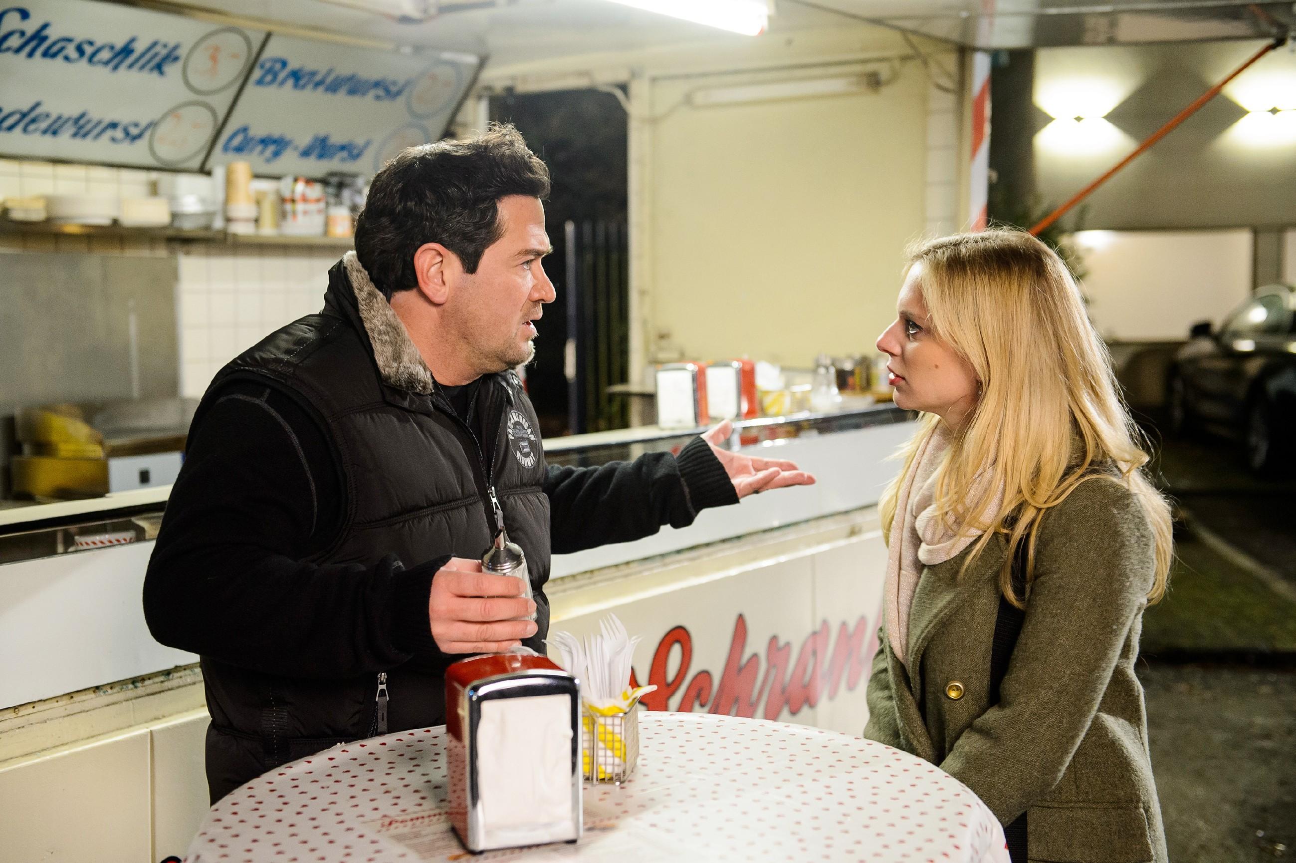 Marian (Sam Eisenstein) und Lena (Juliette Greco) erkennen alarmiert, dass Alexander offenbar alleine in der Wohnung ist... (Quelle: RTL / Willi Weber)