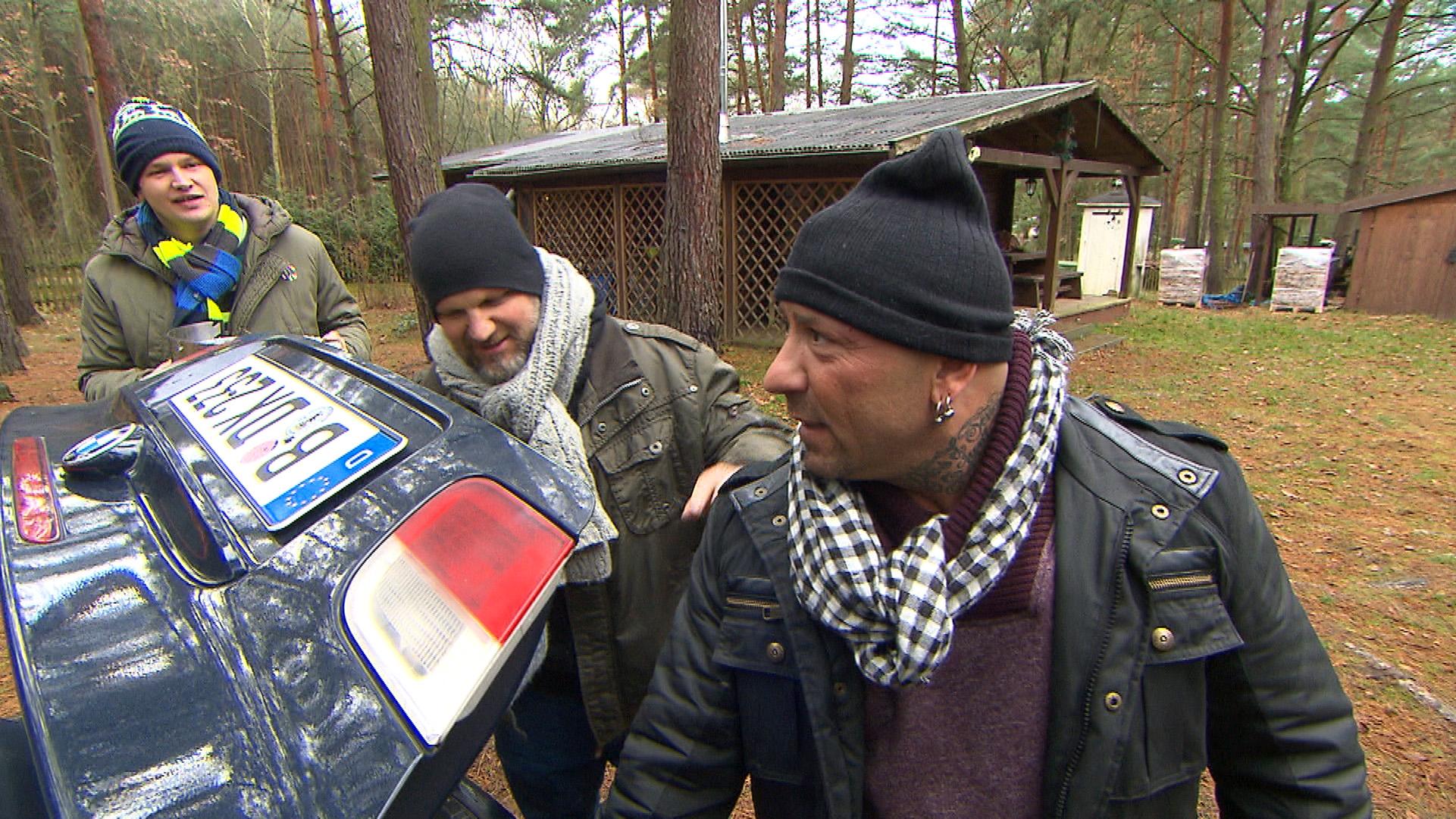 Fabrizio (re.) lässt sich von Ole (li.) dazu überreden, mit ihm und Joe (Mitte) zu einem Männertag in eine Waldhütte zu fahren. (Quelle: RTL 2)