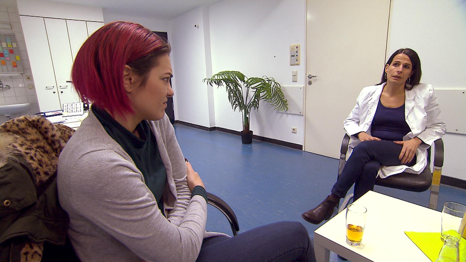 Jessica mit ihrer Therapeutin (Quelle: RTL 2)