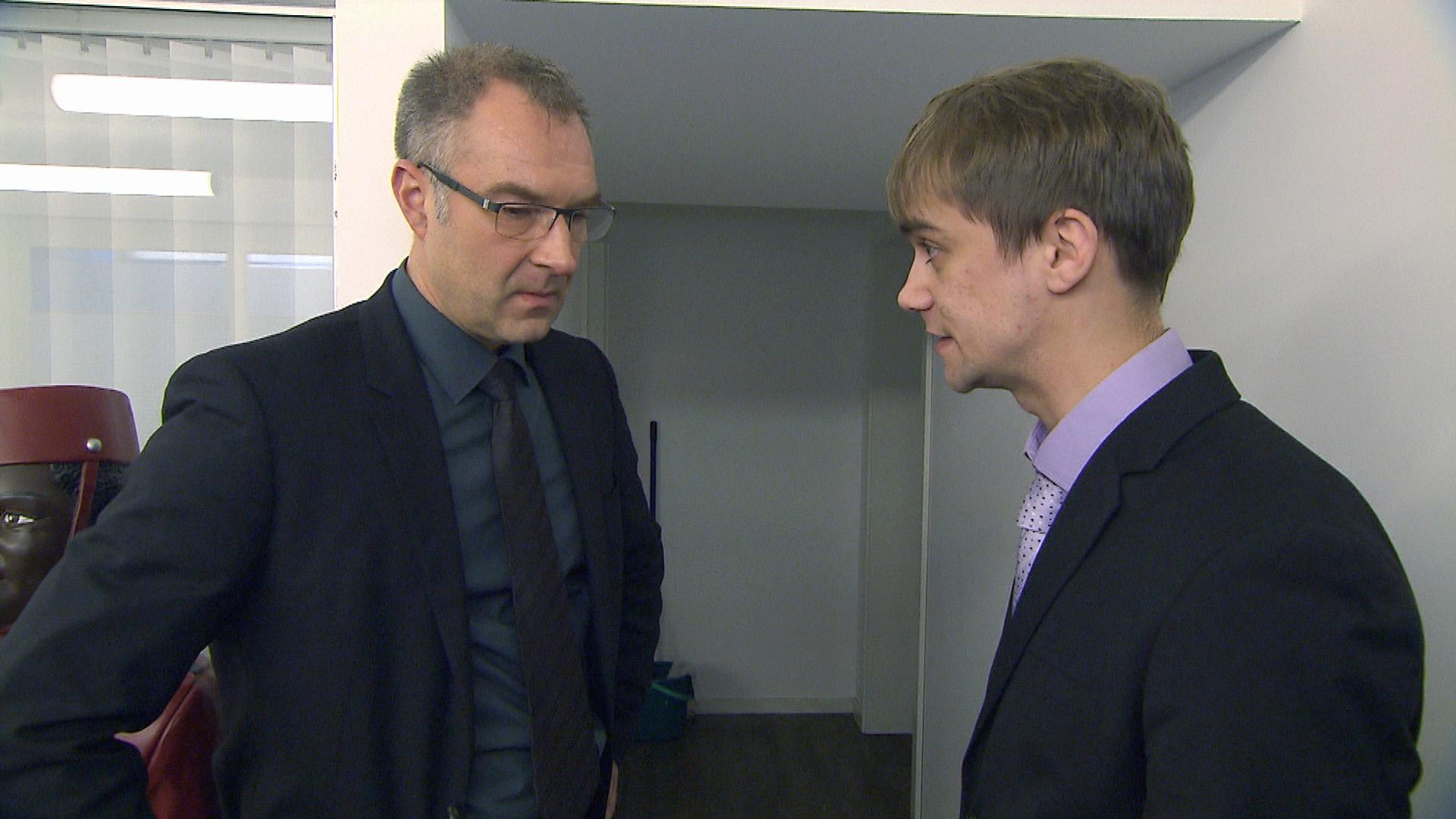 Schmidti (re.) steht unter Druck: Er hat nur noch zwei Tage Zeit, Roger (li.) von seinem Talent zu überzeugen, um übernommen zu werden.. (Quelle: RTL 2)