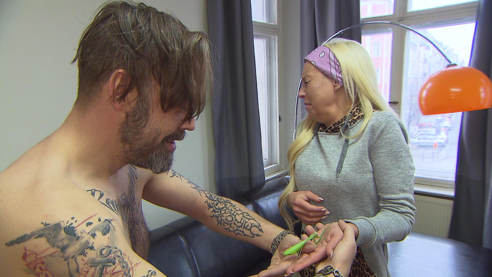 Theo bekommt ein mysteriöses Päckchen und als Peggy es aufmacht, erschrickt sie fast zu Tode (Quelle: RTL 2)