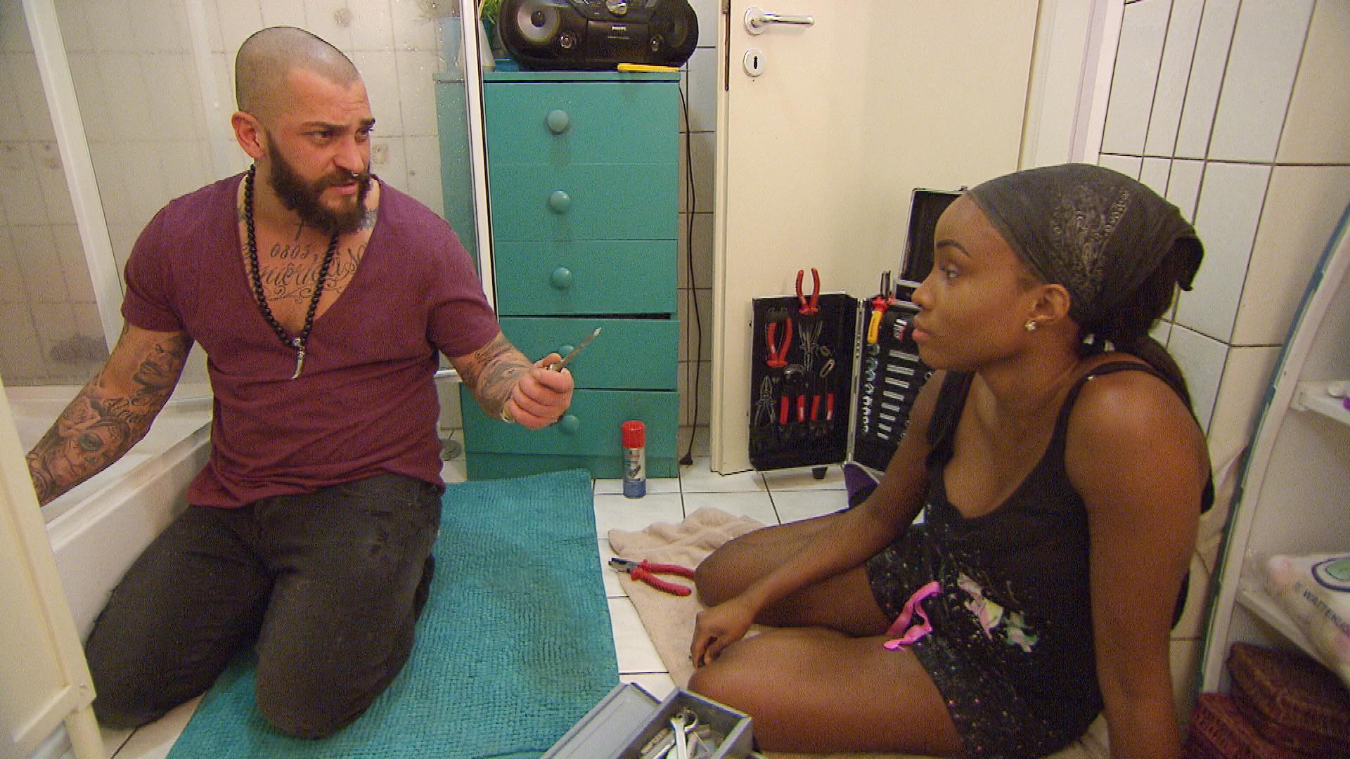 Als Michelle ein Ohrring in den Duschabfluss fällt, ruft sie in ihrer Not Bruno zur Hilfe. (Quelle: RTL 2)