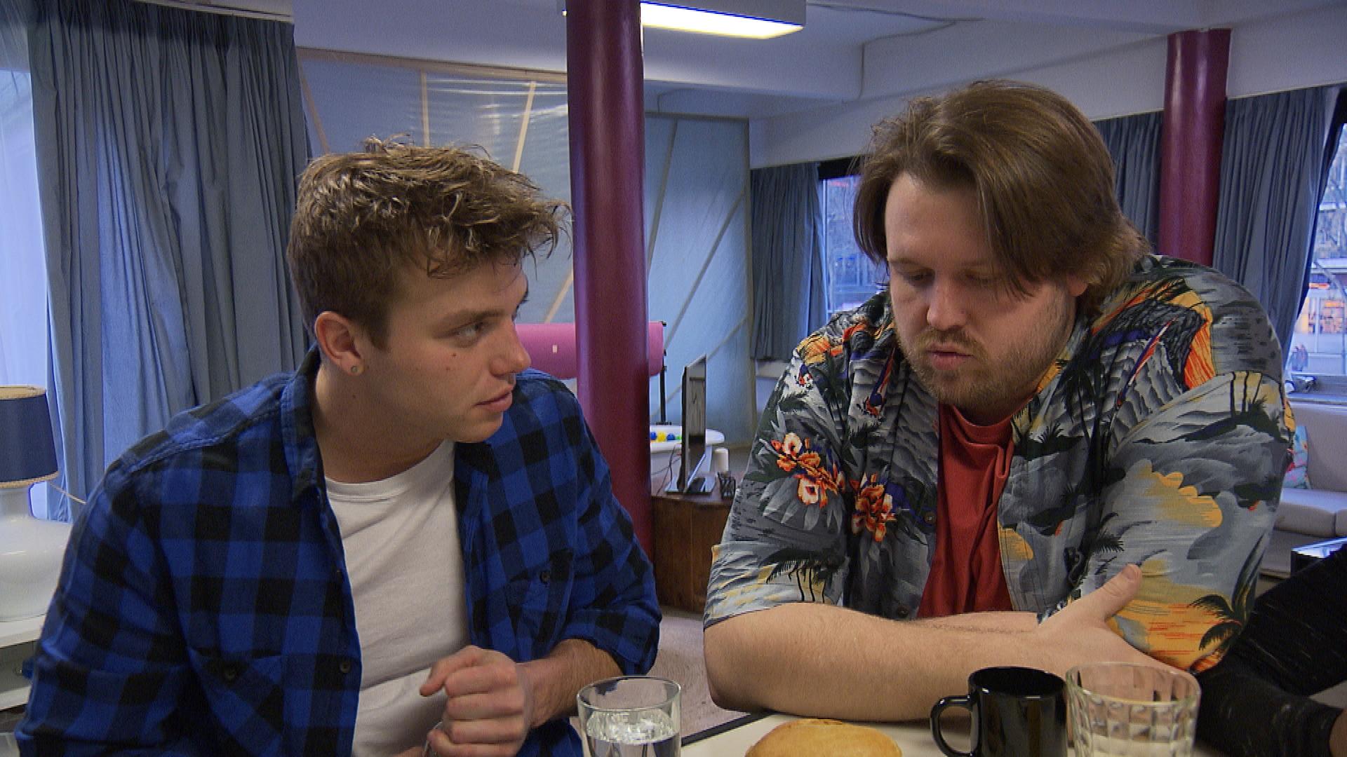 Jan bekommt mit, dass Felix und Filiz sich getrennt haben und macht es sich zum Tagesziel, Felix von seinem Kummer abzulenken. Dass es Felix gar nicht so schlecht geht, wie Jan vermutet, ignoriert dieser. (Quelle: RTL 2)