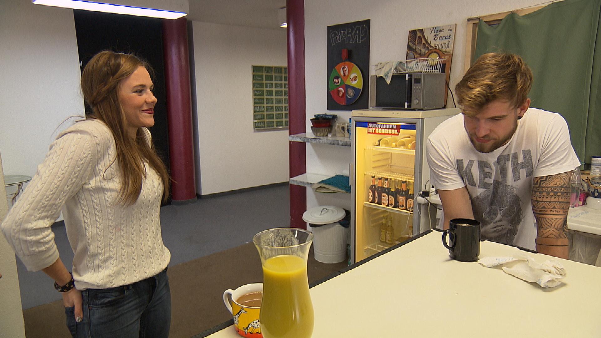 Chris beginnt zusammen mit Felix mit der Renovierung seines Zimmers. Während der Arbeiten steht überraschend Anna vor der Tür. (Quelle: RTL 2)