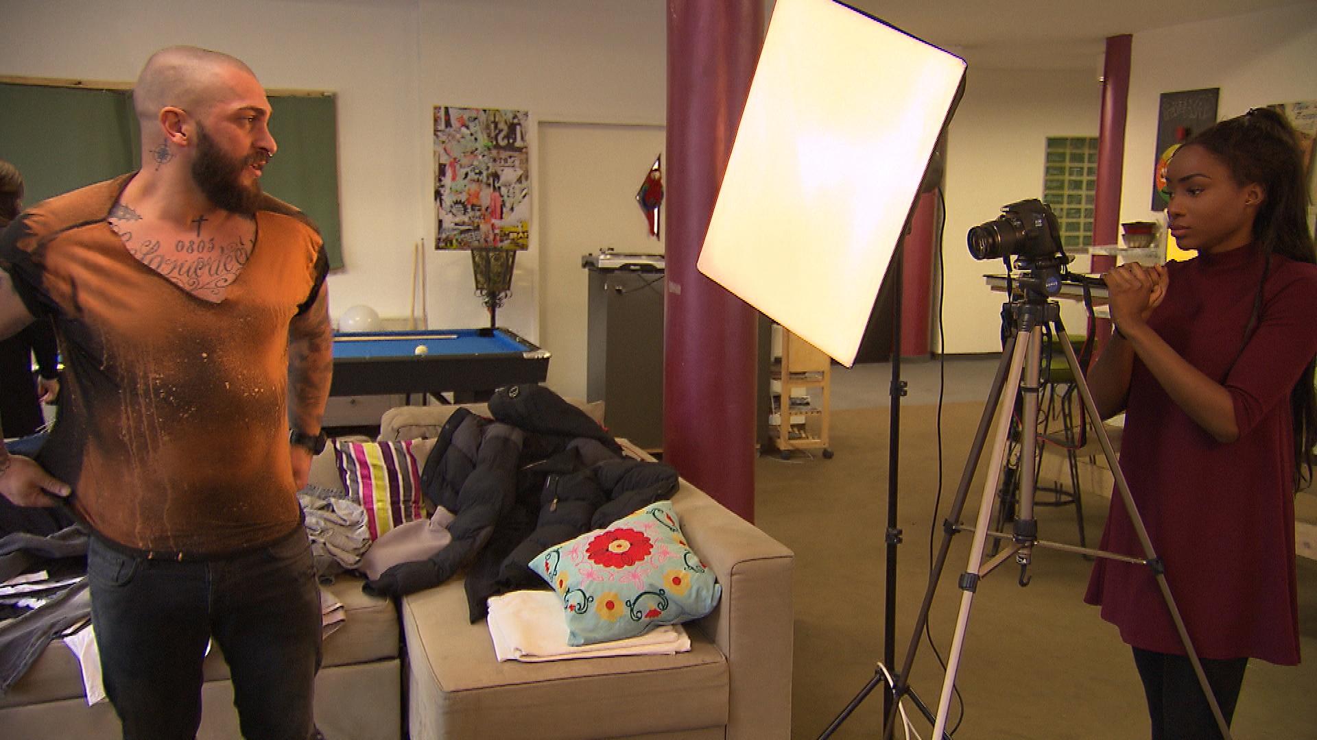 Bruno hat sich von Joleen zu einem Fotoshooting mit Michelle überreden lassen. Als Michelle an ihm herummeckert, platzt ihm jedoch der Kragen. (Quelle: RTL 2)