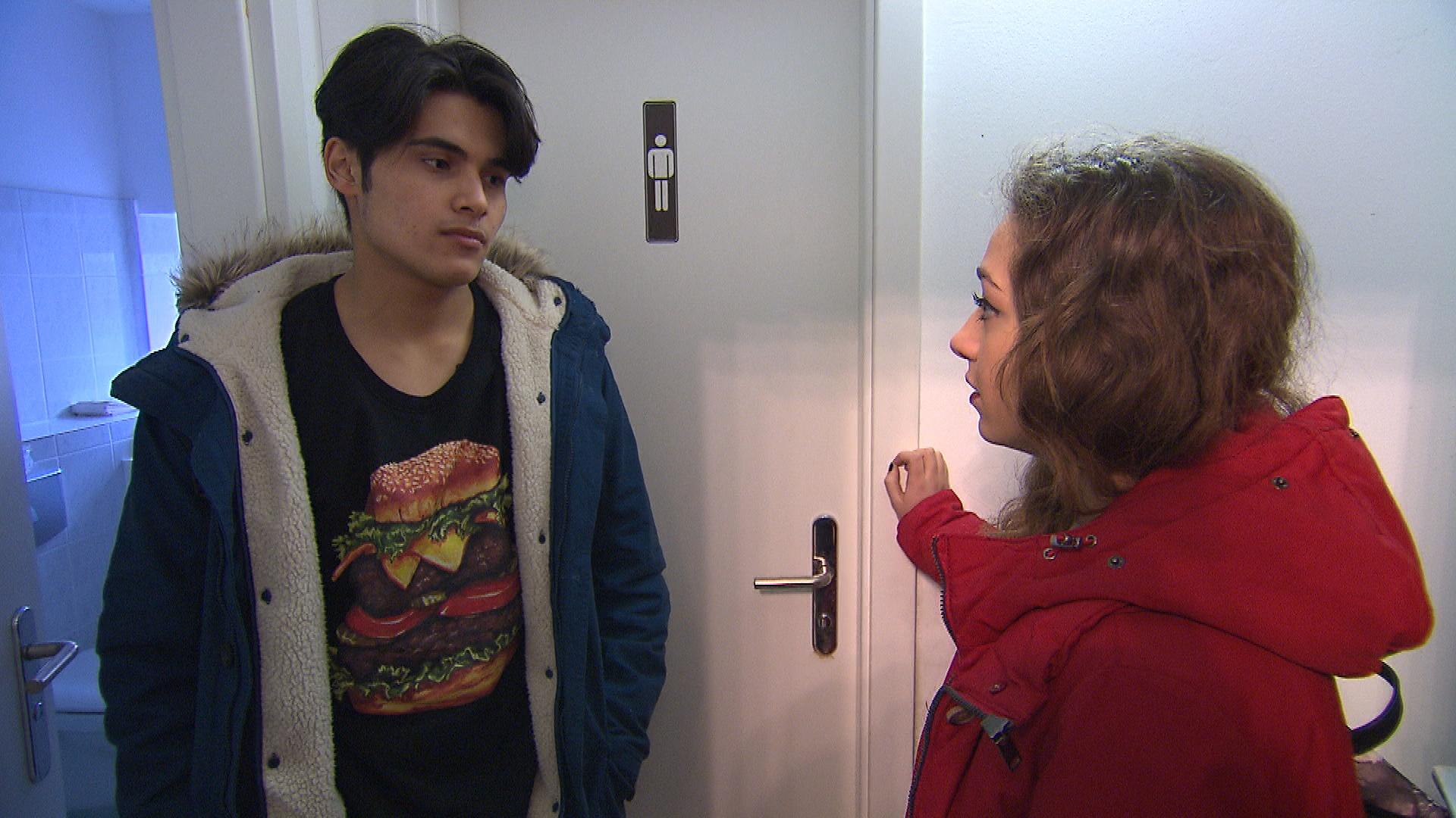 Elli ist völlig vor den Kopf gestoßen, als Yanick nach seiner Liebeserklärung keine Chance mehr für ihre Freundschaft sieht. Elli will das aber nicht hinnehmen und zwingt Yanick zu einem klärenden Gespräch. (Quelle: RTL 2)