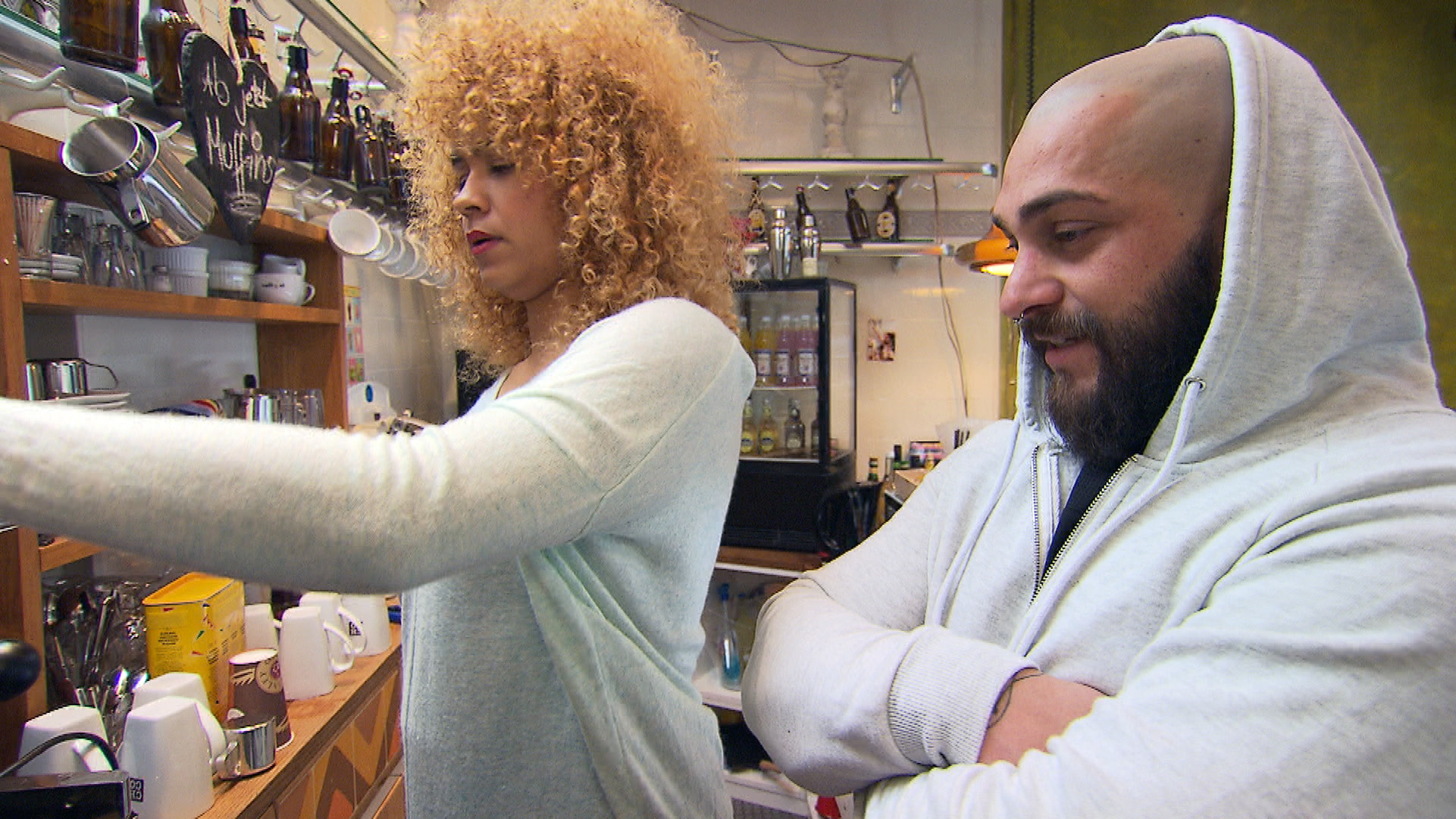 Als Bruno mitbekommt, dass Sams Kaffeemaschine wieder kaputt ist, beschließt er, Sam zu beeindrucken und sich um das Problem zu kümmern. (Quelle: RTL 2)