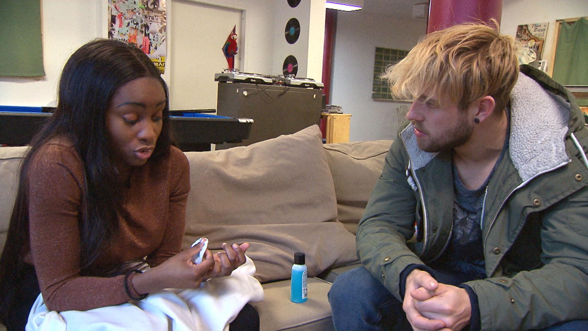Durch Michelle (li.) erkennt Chris, dass ihn niemand zwingen kann, mit Anna befreundet zu sein... (Quelle: RTL 2)