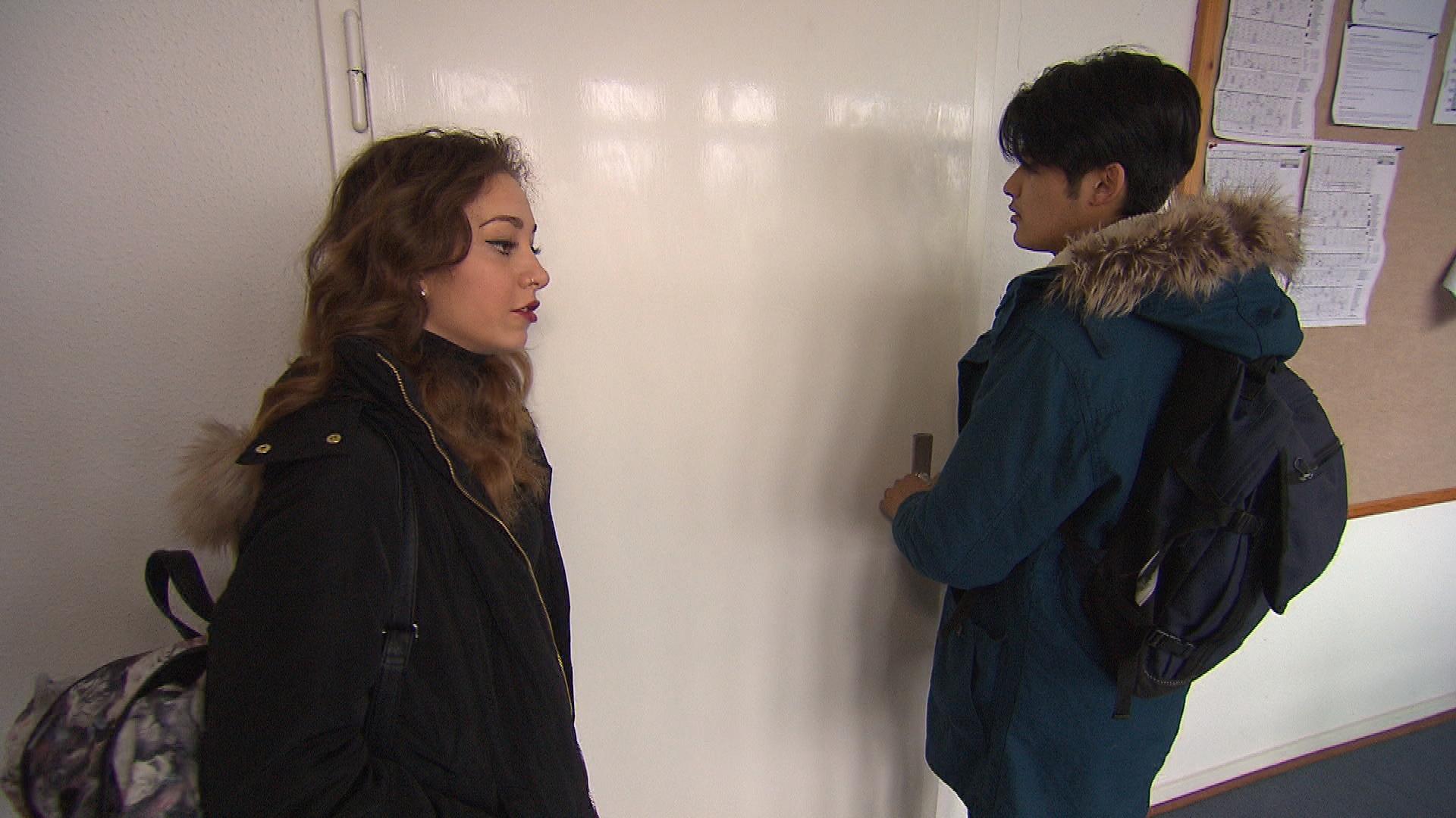 Elli versucht Yanick bei einem Englischtest zu helfen, was jedoch in einem Fiasko endet. Mittlerweile ist der Rest der Clique von ihrem Kleinkrieg dermaßen genervt, dass sie Elli und Yanick in einen Raum einsperren, um eine Versöhnung zu erzwingen. (Quelle: RTL 2)
