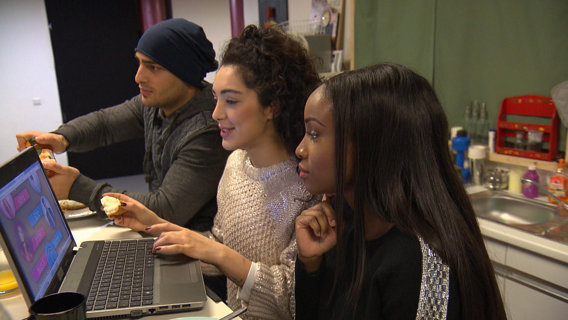 Joleen und Michelle flattert die Einladung zur Teilnahme bei einer Miss-Wahl ins Haus. Und obwohl beide für sich ausschließen, an einem solchen Wettbewerb teilzunehmen, entbrennt ein erbitterter Konkurrenzkampf. (Quelle: RTL 2)