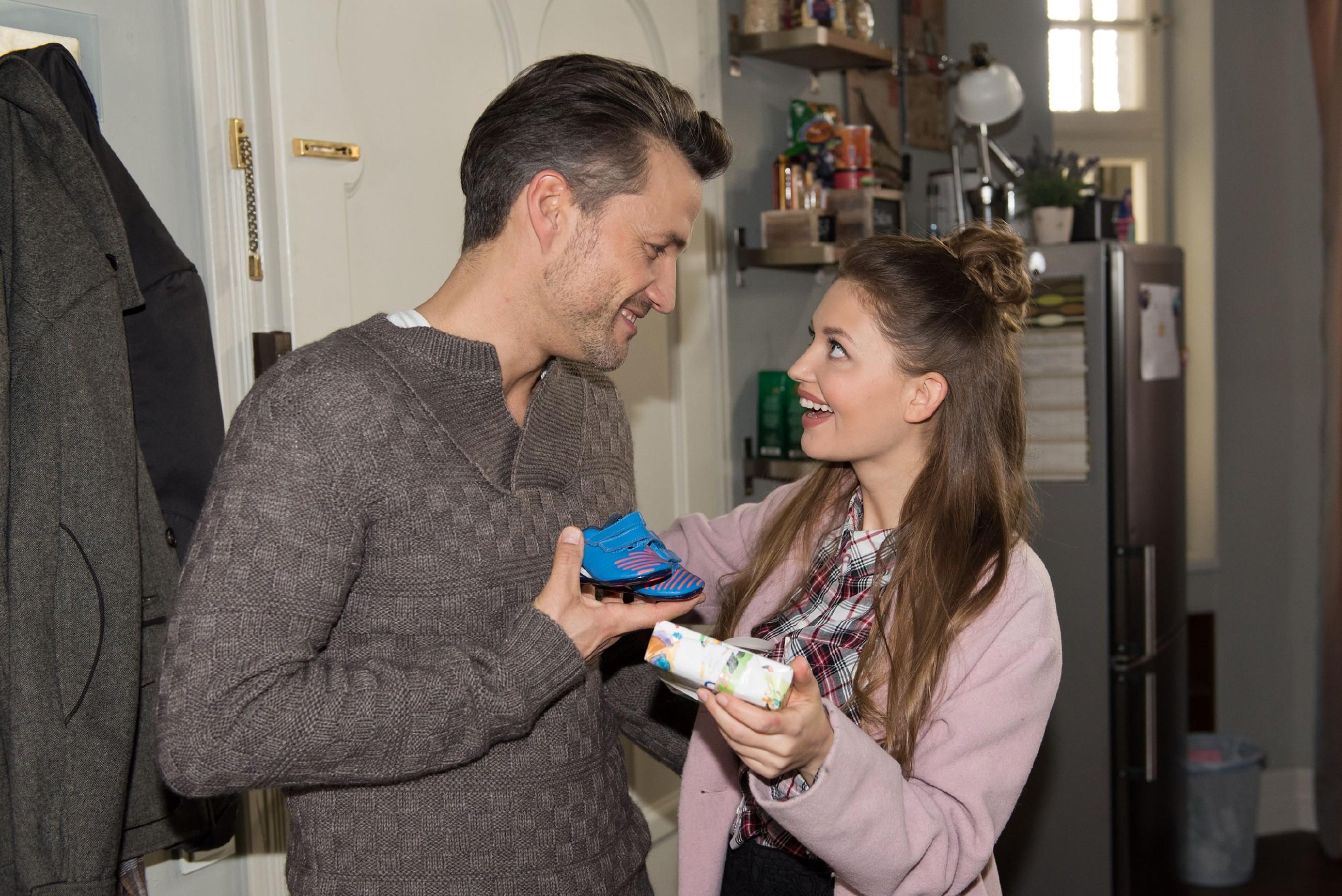 Jule (Amrei Haardt) und Malte (Stefan Bockelmann) teilen ihre Vorfreude auf das Baby. (RTL / Stefan Behrens)