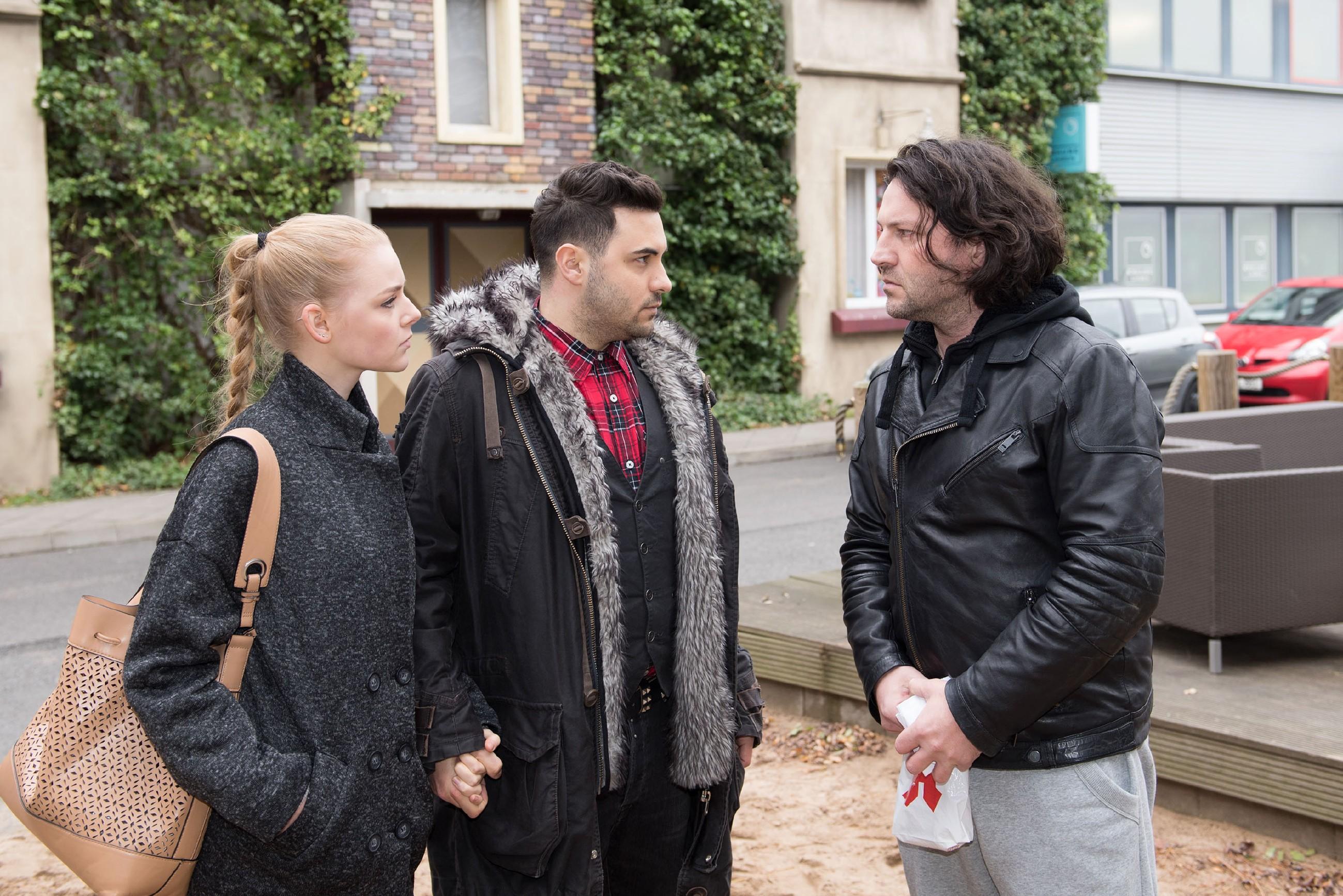 Rolf (Stefan Franz, r.) weigert sich zu Fionas (Olivia Burkhart) und Easys (Lars Steinhöfel) unangenehmer Überraschung vehement, auszuziehen. (RTL / Stefan Behrens)
