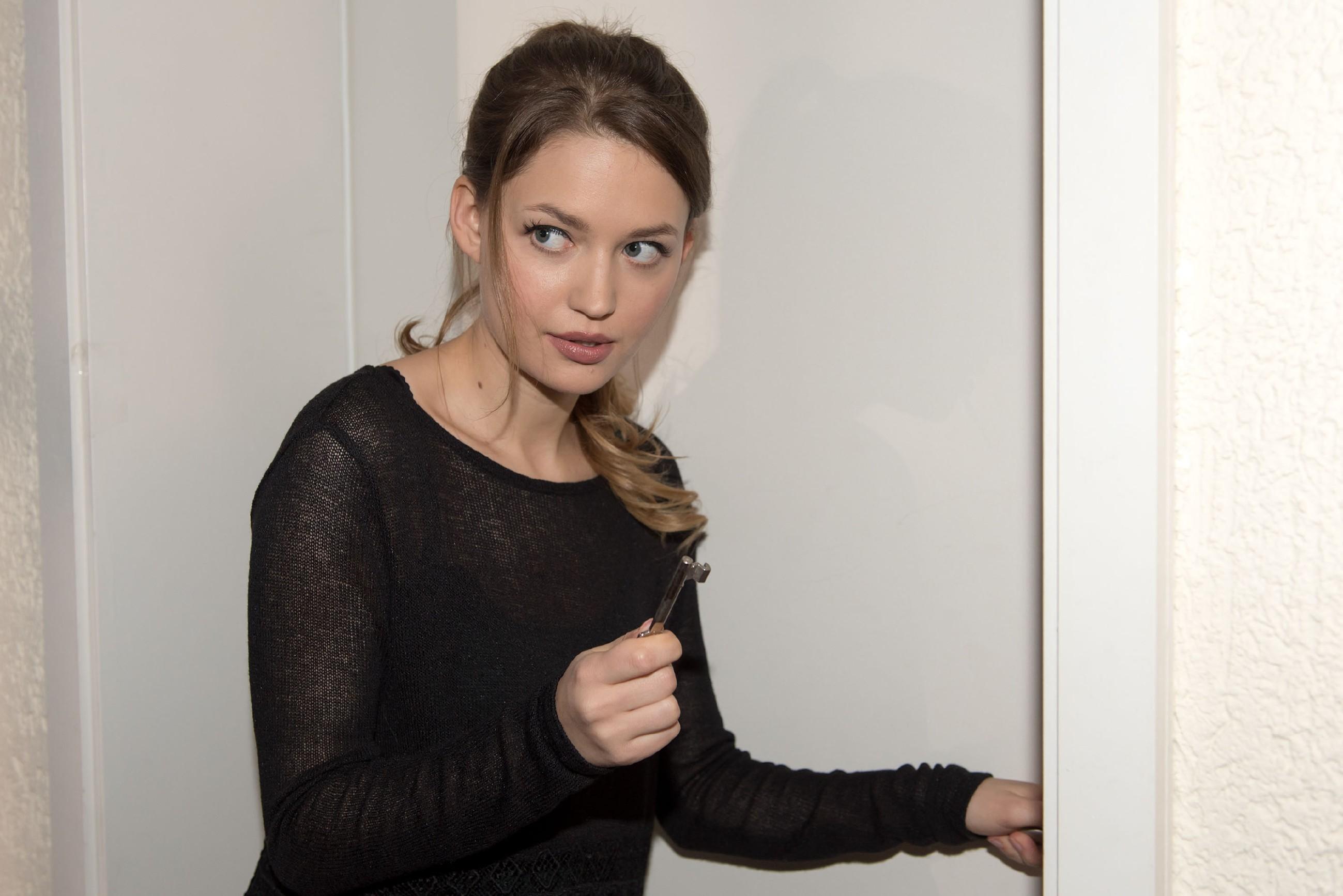 Jule (Amrei Haardt) sperrt Elli und Paco gemeinsam ein, damit sie sich aussprechen. (RTL / Stefan Behrens)