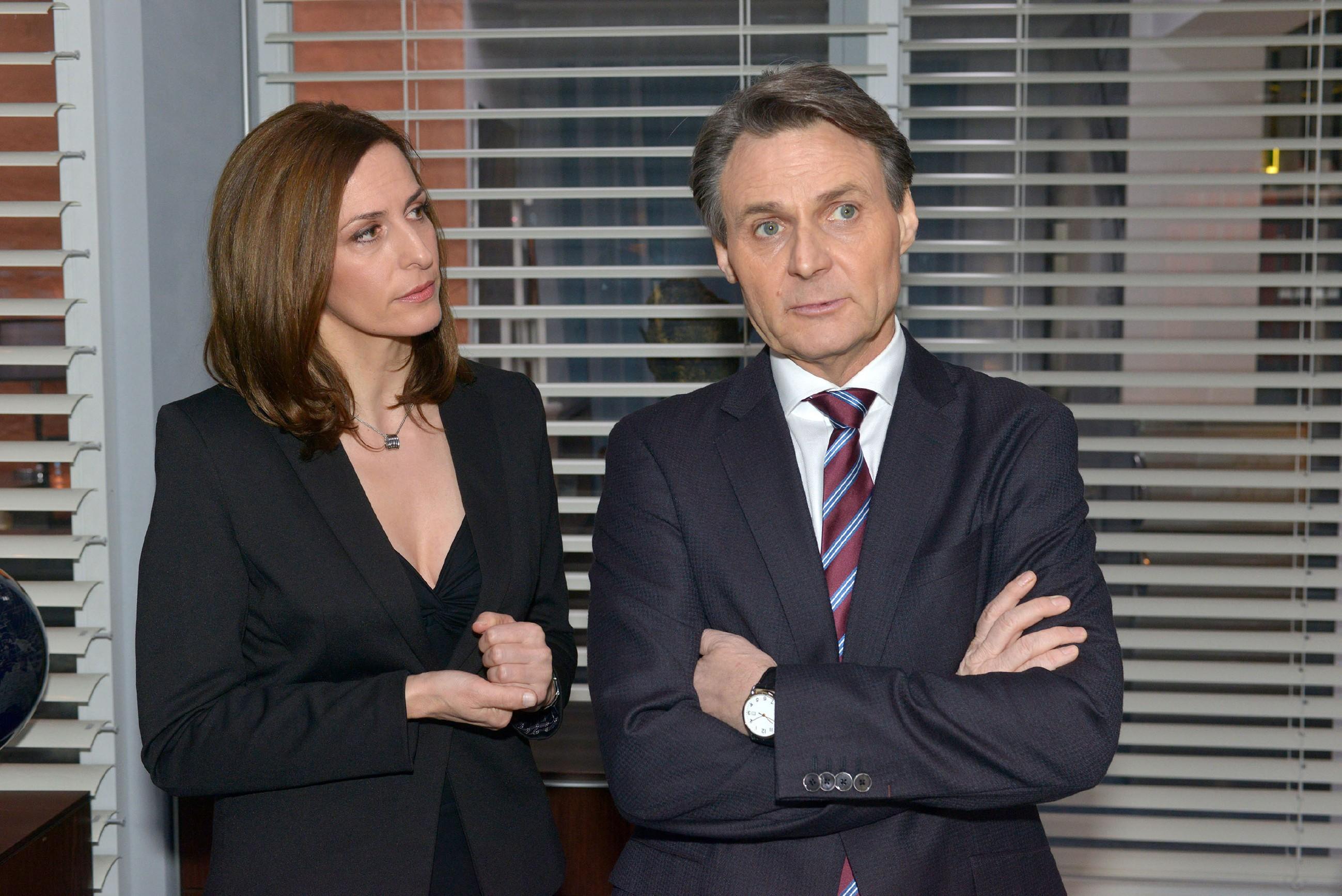 Katrin (Ulrike Frank) und Gerner (Wolfgang Bahro) müssen nach Davids Urteil aktiv werden, um ihn aus dem malaysischen Gefängnis zu befreien. Wird ihr Bestechungsplan funktionieren? (Quelle: RTL / Rolf Baumgartner)