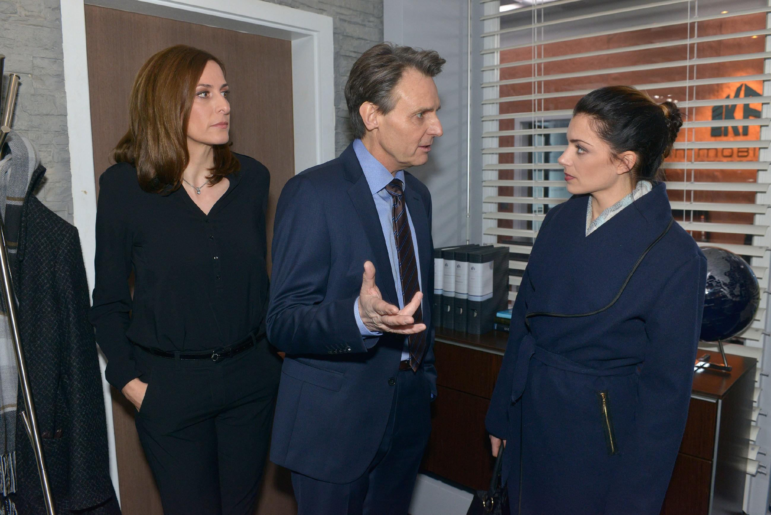 Katrin (Ulrike Frank, l.) und Gerner (Wolfgang Bahro) erklären Emily (Anne Menden) ihren Plan, wie sie David aus dem malaysischen Gefängnis befreien wollen. (Quelle: RTL / Rolf Baumgartner)