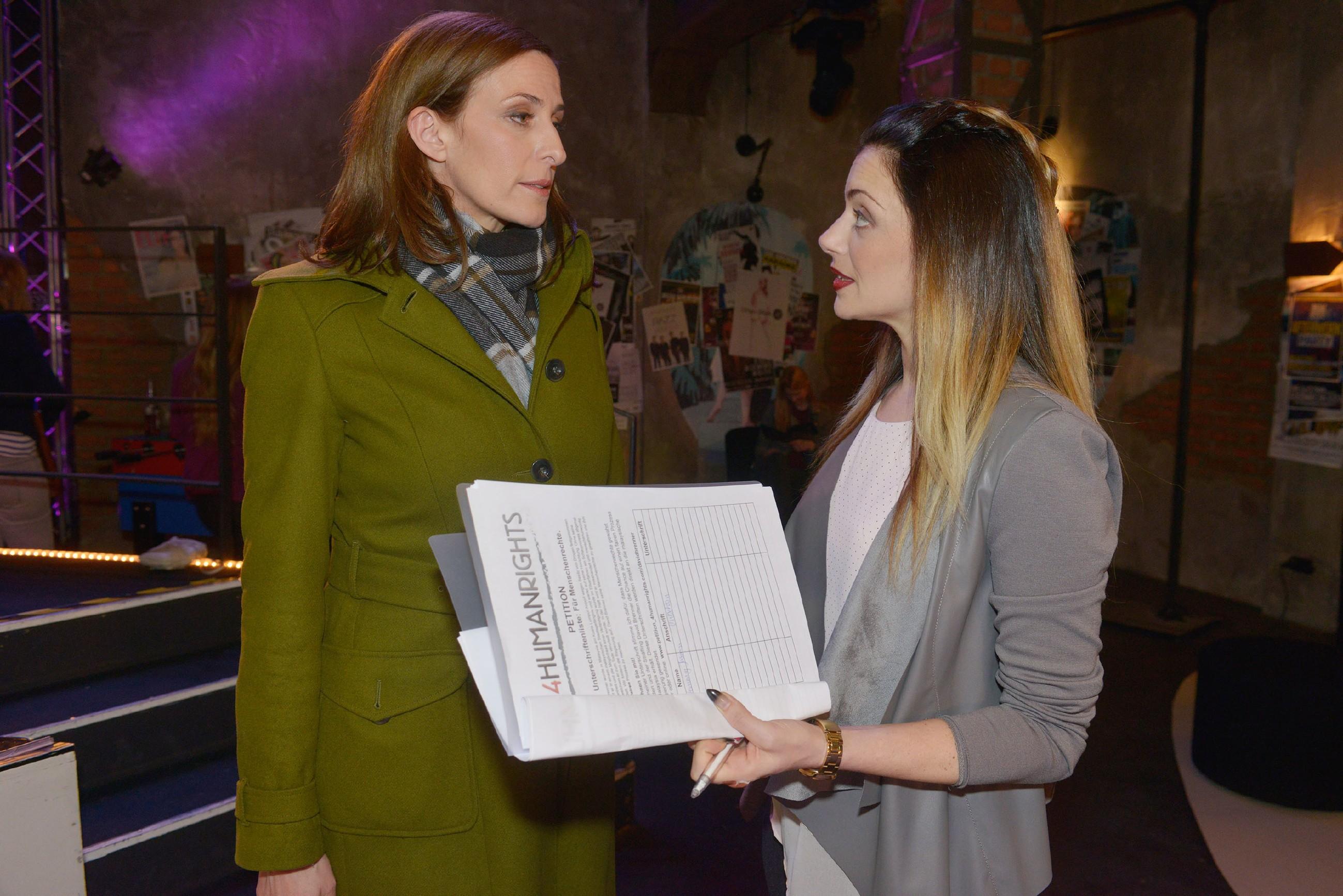 Katrin (Ulrike Frank, l.) findet Emilys (Anne Menden) Aktionismus für David völlig unsinnig. (Quelle: RTL / Rolf Baumgartner)