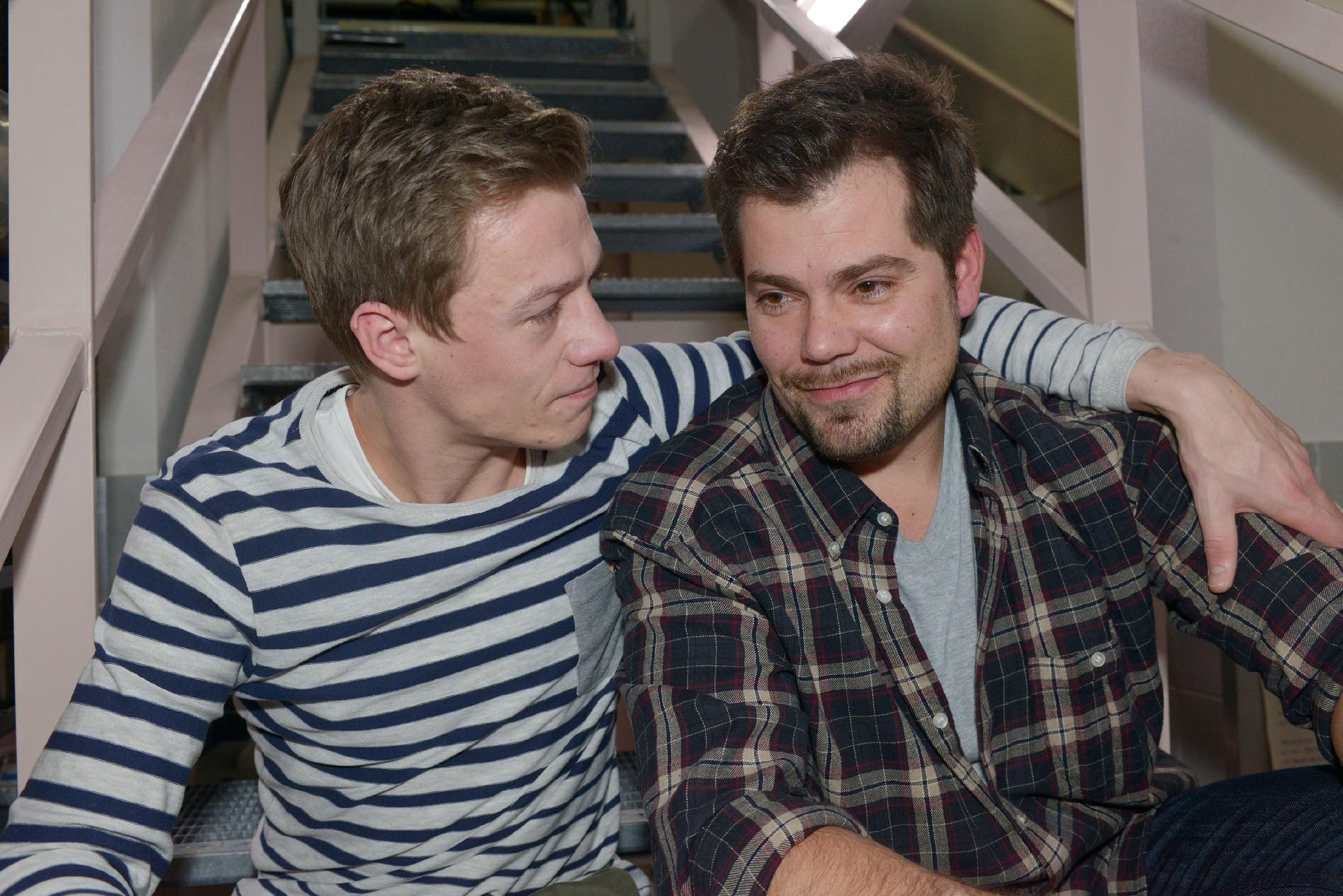 Vince (Vincent Krüger, l.) kommt dank Leon (Daniel Fehlow) auf eine Idee, wie er Sunny doch noch ihren Hochzeitstraum erfüllen kann.