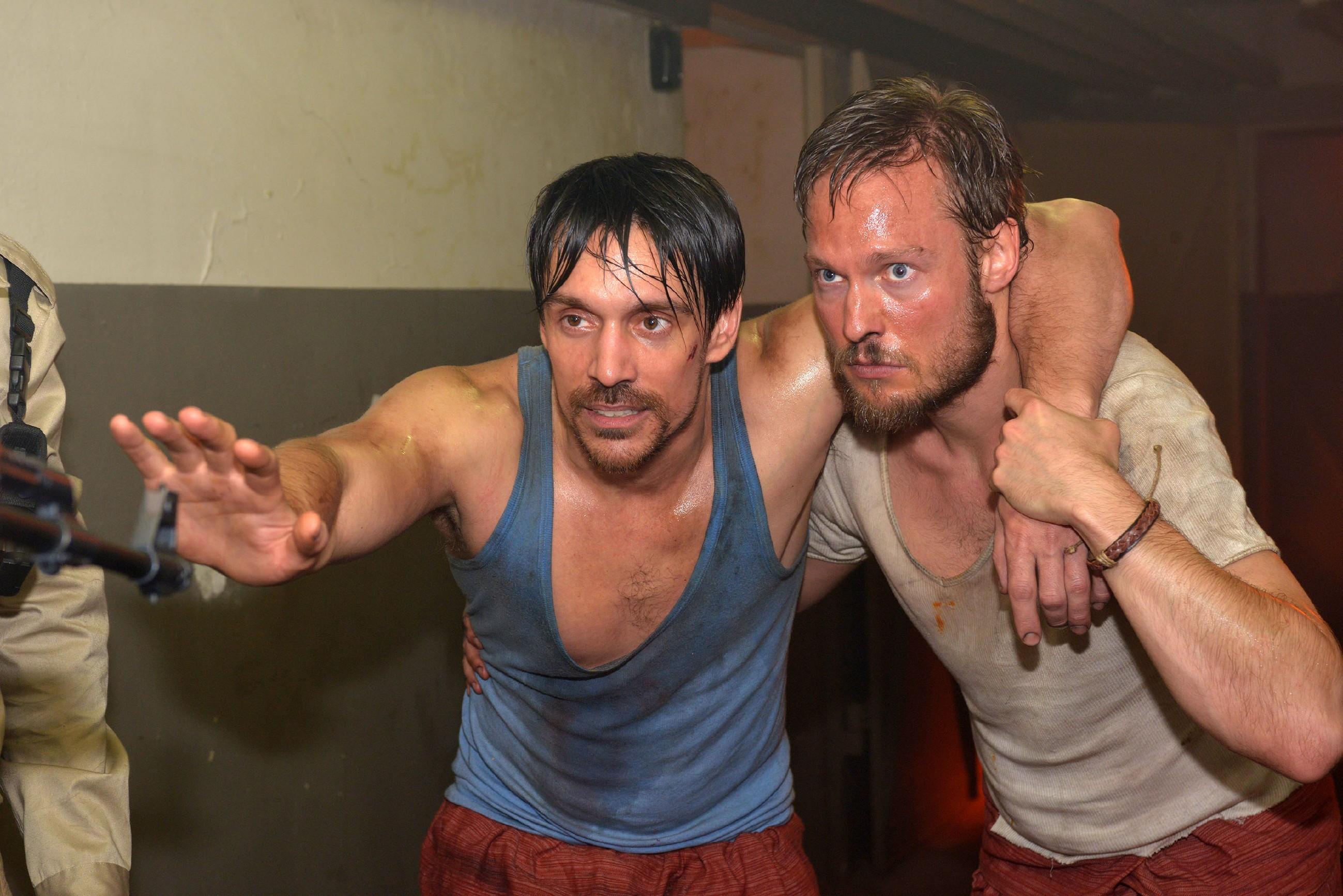 Davids (Philipp Christopher, l.) und Tommys (Marc Bluhm) Fluchtversuch aus dem malaysischen Gefängnis scheint zu scheitern... (Quelle: RTL / Rolf Baumgartner)