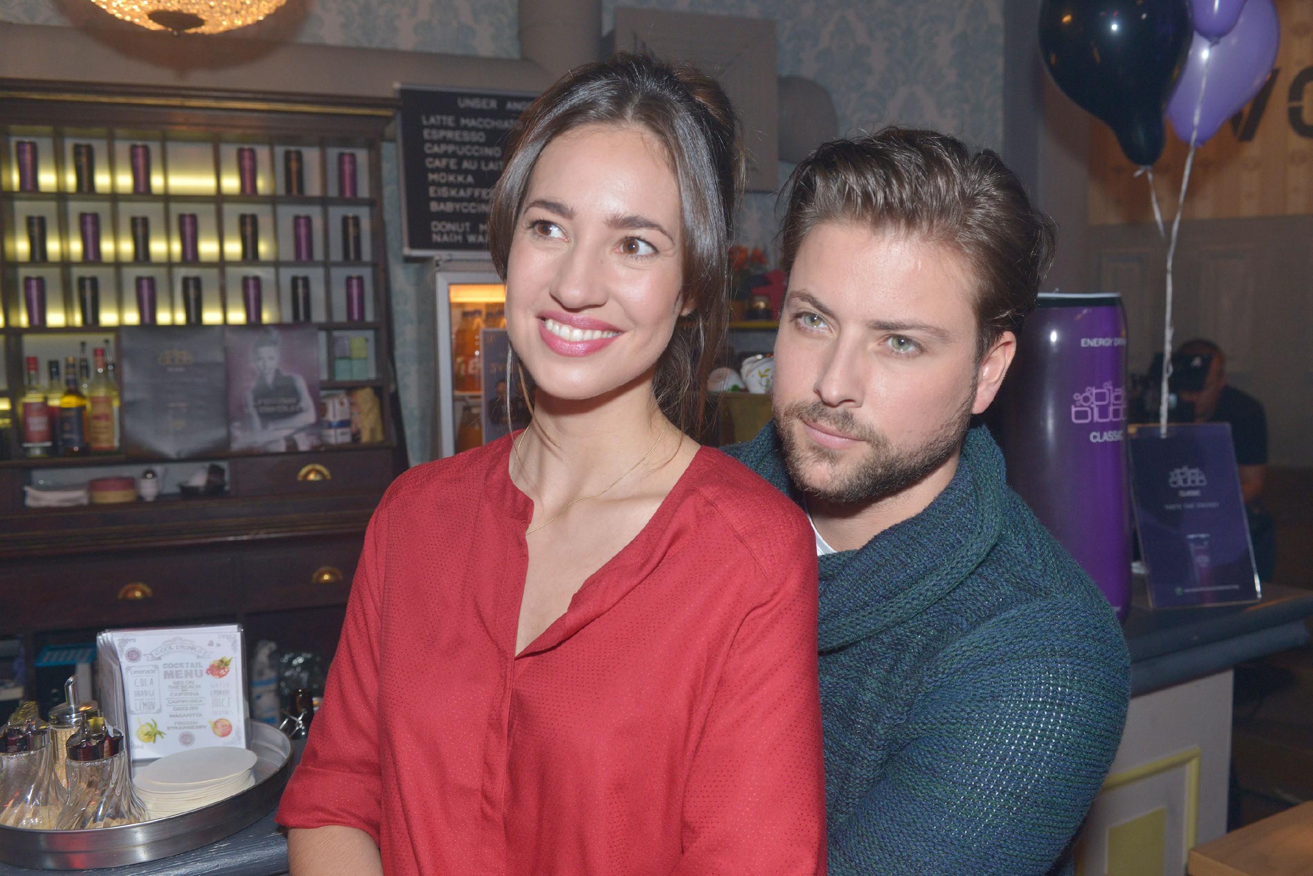 Elena (Elena Garcia Gerlach) und John (Felix von Jascheroff) hoffen, dass das _3viertelelf_-Konzert im Vereinsheim ein Erfolg wird. (Quelle: RTL / Rolf Baumgartner)