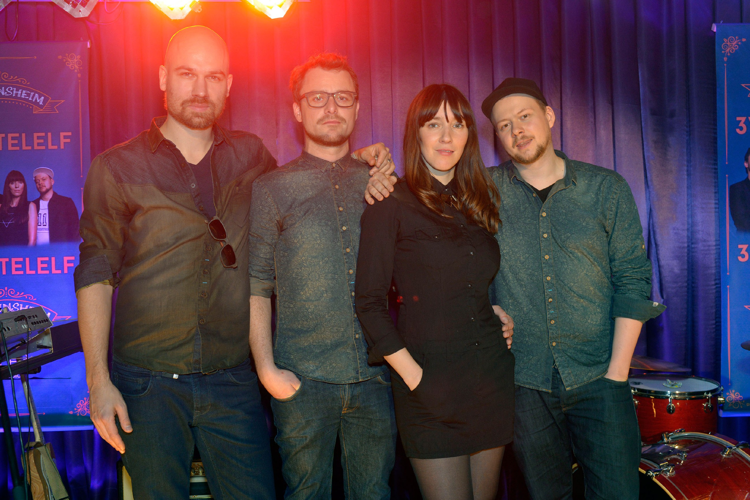"""Der Berliner Band _3viertelelf_ um Sängerin Angela Maria Peltner ist zu Gast bei """"Gute Zeiten, schlechte Zeiten"""" und gibt ein Konzert im Vereinsheim. (Quelle: RTL / Rolf Baumgartner)"""