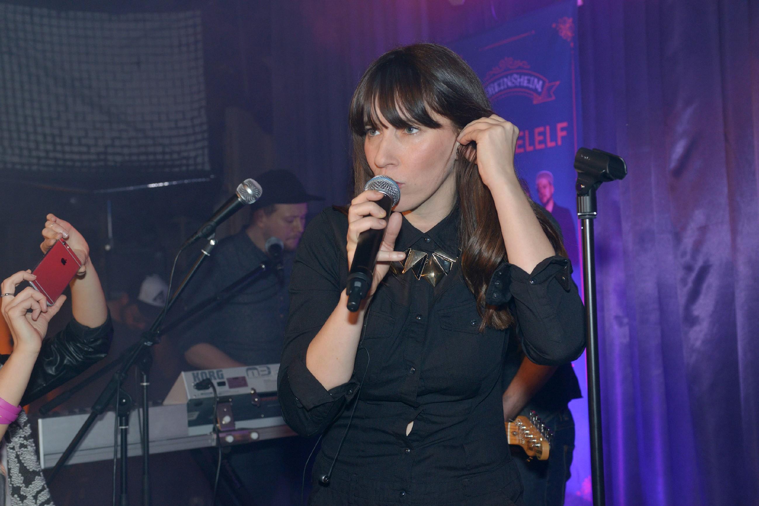 Der Auftritt der Berliner Band _3viertelelf_ um Sängerin Angela Maria Peltner im Vereinsheim wird ein voller Erfolg. (Quelle: RTL / Rolf Baumgartner)
