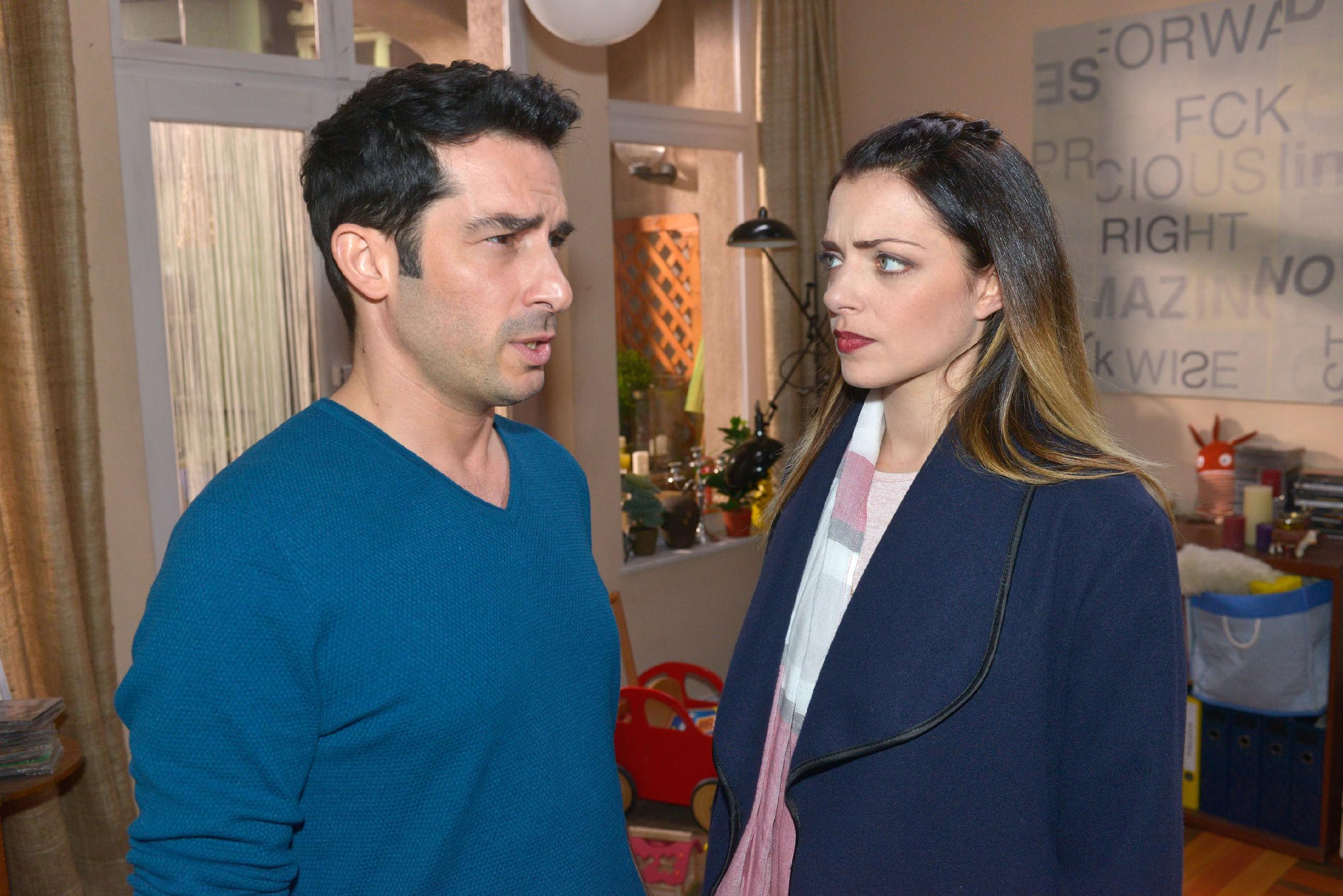 Emily (Anne Menden) kann sich Tayfuns (Tayfun Baydar) eigenartige Aussetzer nicht erklären. (Quelle: RTL / Rolf Baumgartner)