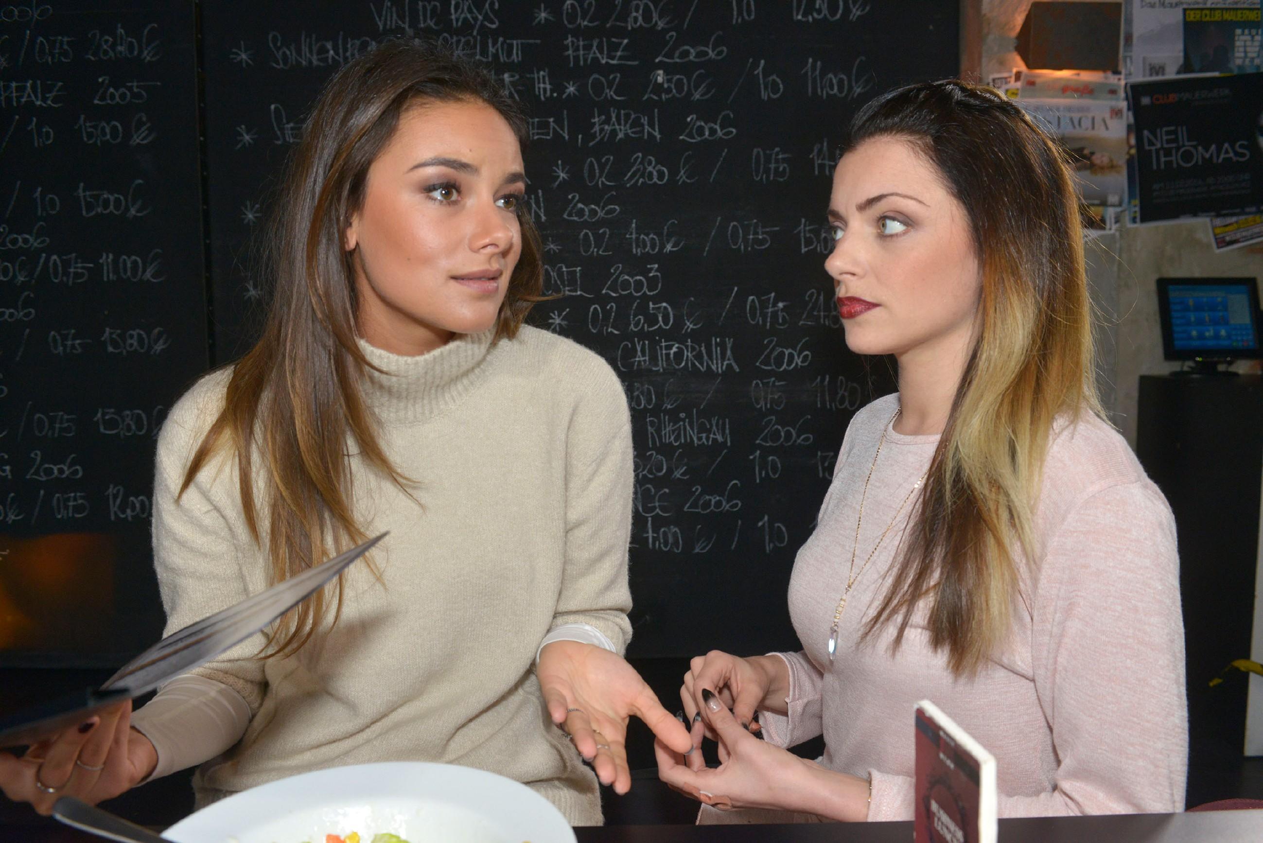 Tayfun (Tayfun Baydar) erfährt von Emilys (Anne Menden) Problemen bei Tussi Attack. (Quelle: RTL / Rolf Baumgartner)