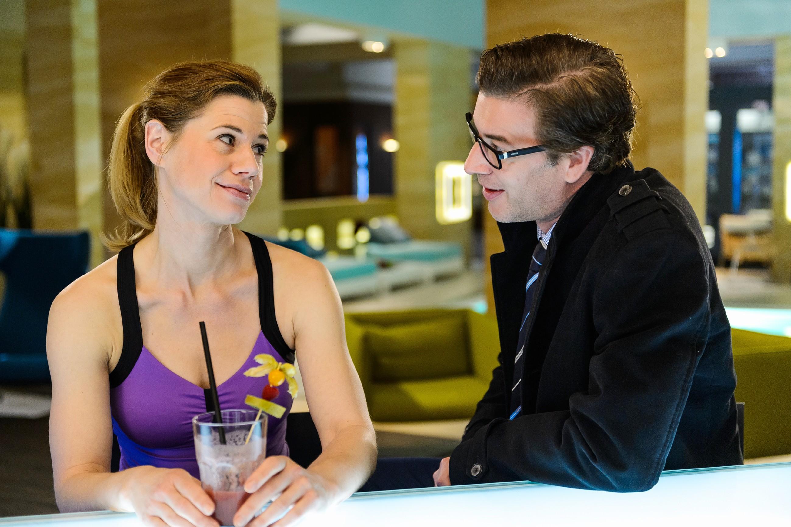 Anne (Alexandra Seefisch) gibt gegenüber Christoph (Lars Korten) zu, dass ihr Tattoo mehr Bedeutung hat, als sie Vanessa hat wissen lassen. (Quelle: RTL / Willi Weber)