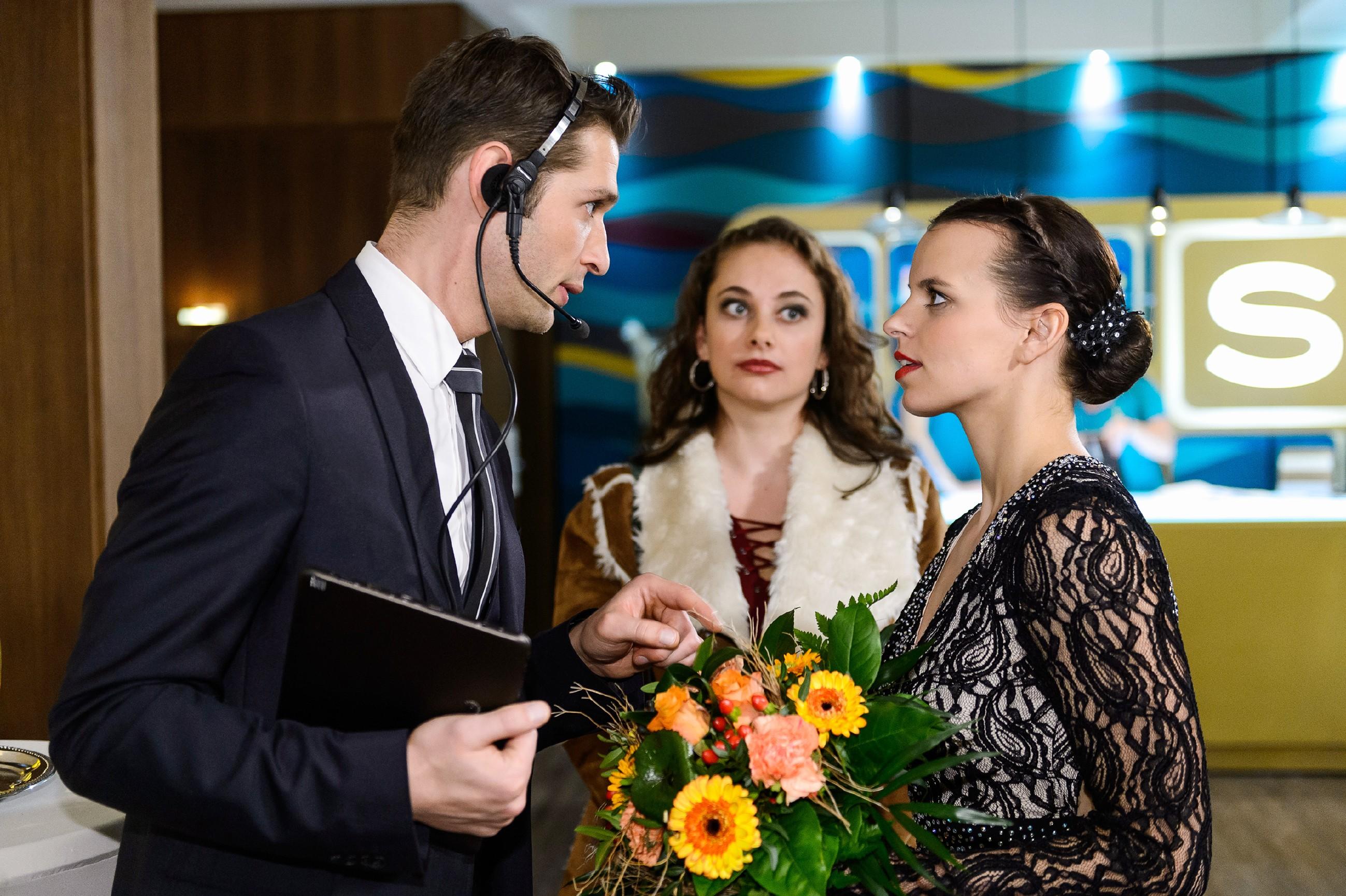 Als Michelle (Franziska Benz, r.) von Deniz (Igor Dolgatschew) gebeten wird, noch einige persönliche Worte an die Gäste zu richten, vergisst sie darüber ihre scher enttäuschte Mutter Carmen (Heike Warmuth). (Quelle: RTL / Willi Weber)
