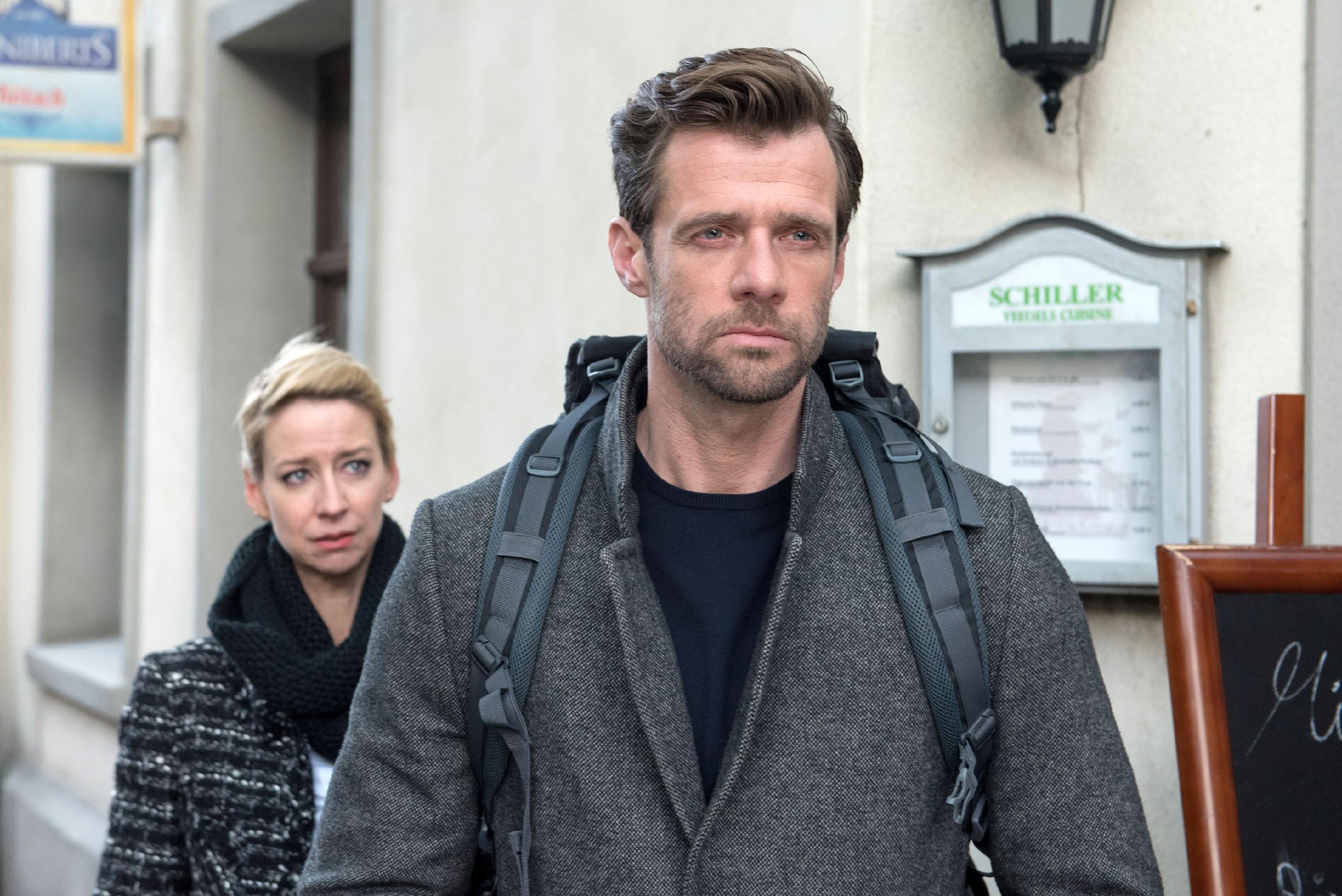 Ute (Isabell Hertel) hält Henning (Benjamin Kiss) nicht auf, als dieser mit gebrochenem Herzen die Schillerallee verlässt... (Quelle: RTL / Stefan Behrens)