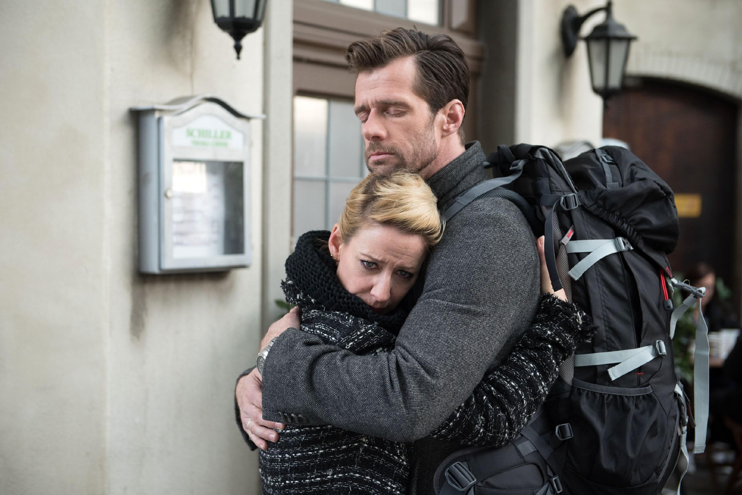 Ute (Isabell Hertel) kann und will Henning (Benjamin Kiss) nicht aufhalten, als dieser der Schillerallee für immer den Rücken kehrt... (Quelle: RTL / Stefan Behrens)
