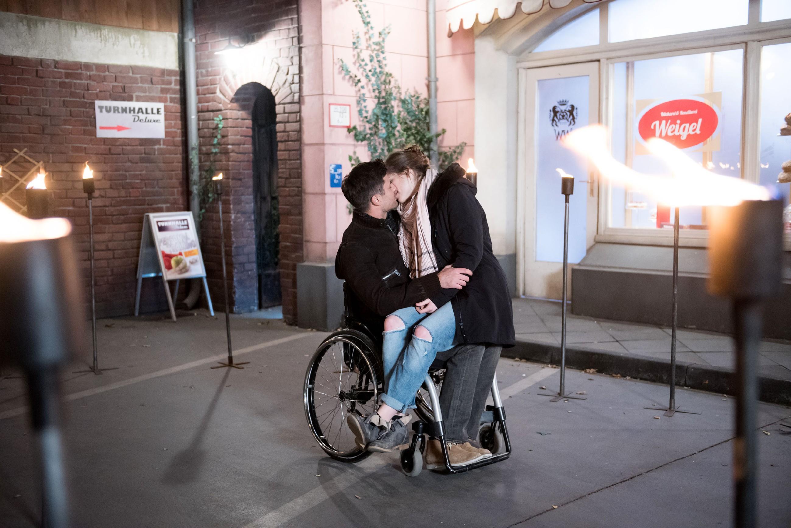 Nachdem Paco (Milos Vukovic) Elli (Nora Koppen) romantisch seine Liebe gestanden hat, sinkt Elli überglücklich in dessen Arme... (Quelle: RTL / Stefan Behrens)