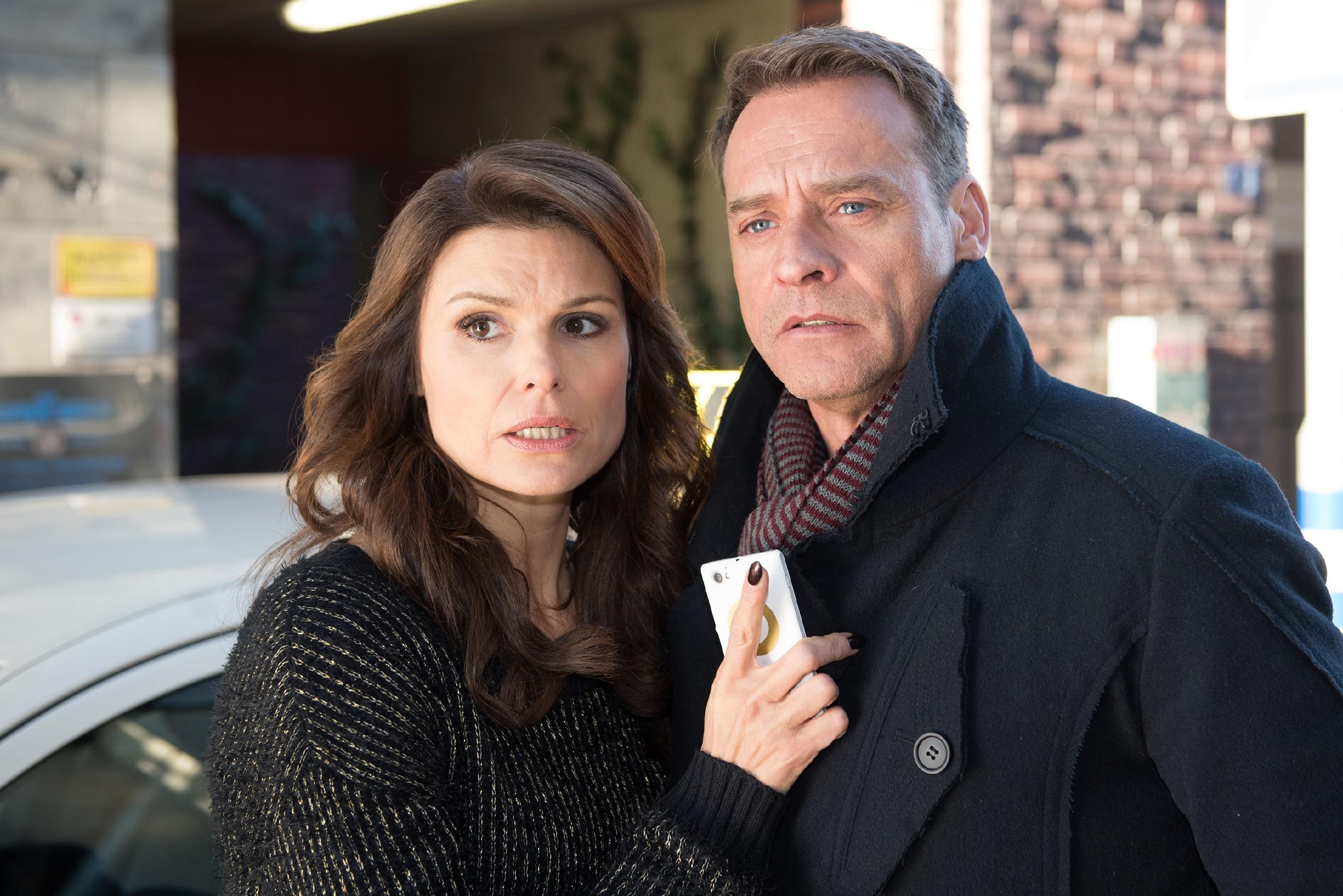Als erneut die Polizei auftaucht, gerät Britta (Tabea Heynig) unter Zugzwang und haut Rufus (Kai Noll) die Wahrheit, dass er Caro angefahren hat, förmlich um die Ohren. (Quelle: RTL / Stefan Behrens)