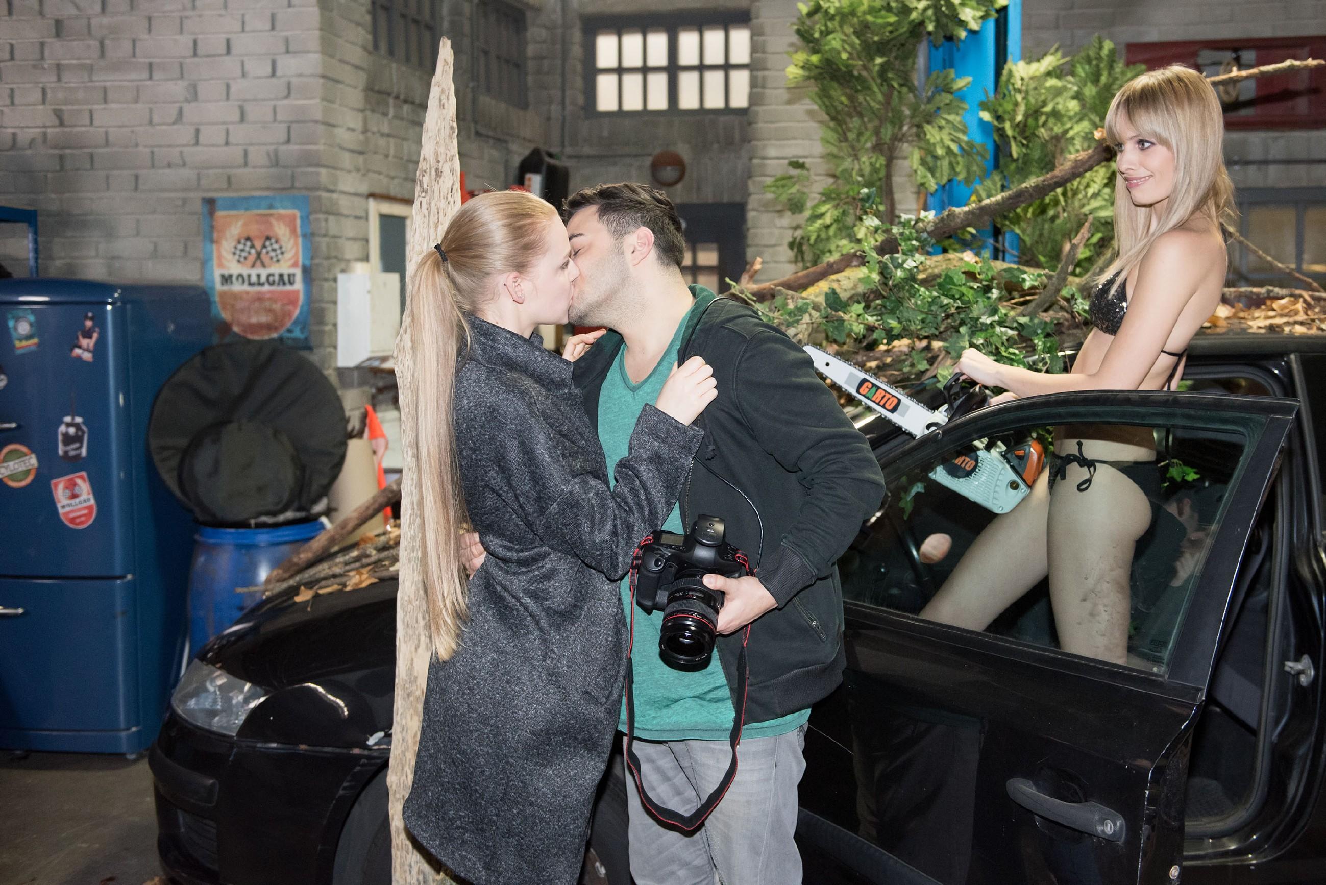 Eifersüchtig versucht Fiona (Olivia Burkhart, l.) vor dem Model Lena (Jana Beller) ihr Revier bei Easy (Lars Steinhöfel) zu markieren. (Quelle: RTL / Stefan Behrens)