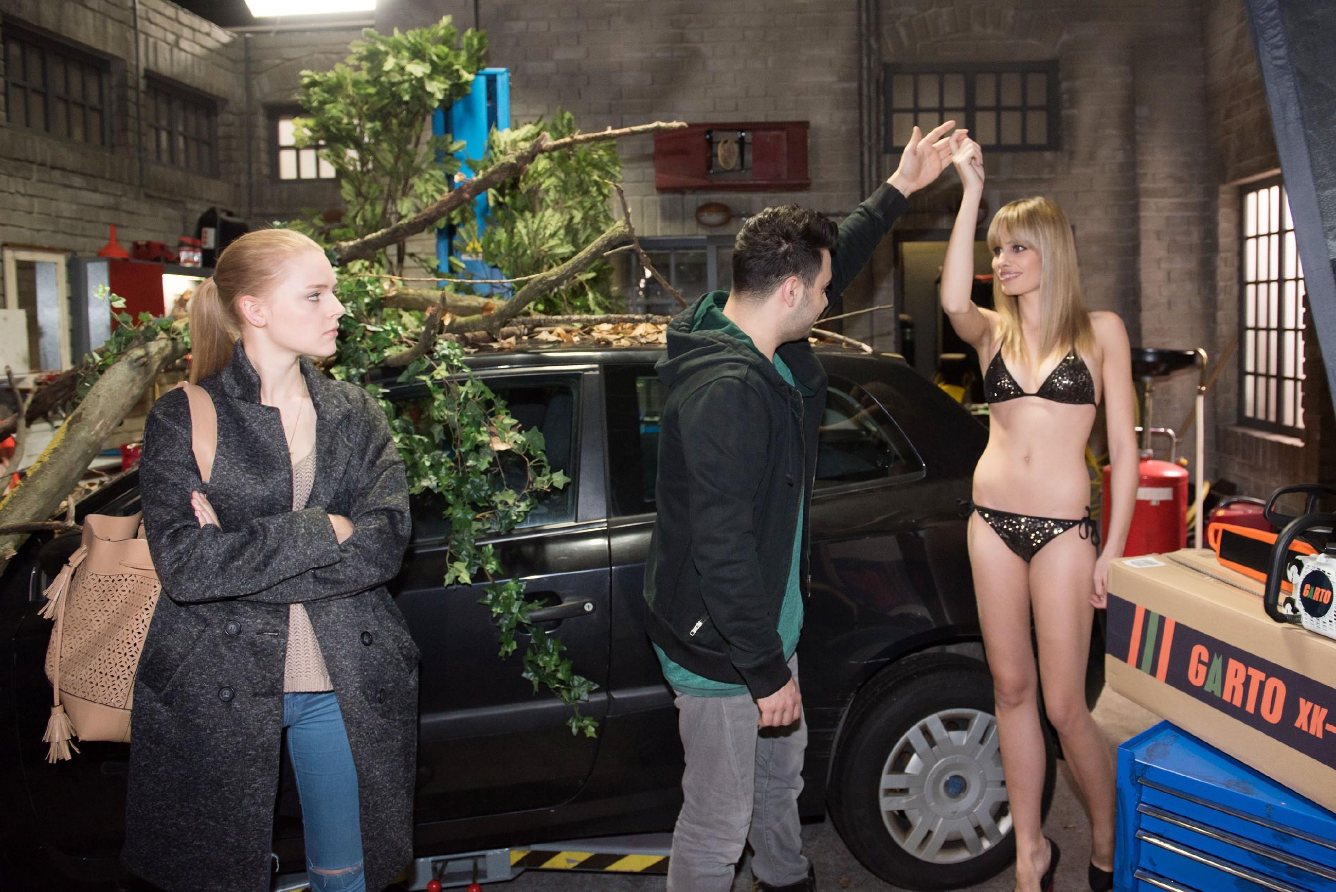 Fionas (Olivia Burkhart, l.) Unsicherheit in Bezug auf Easy (Lars Steinhöfel) wird von dem sexy Model Lena (Jana Beller) geschürt, die sich vor Easys Kamera in Position bringt. (Quelle: RTL / Stefan Behrens)
