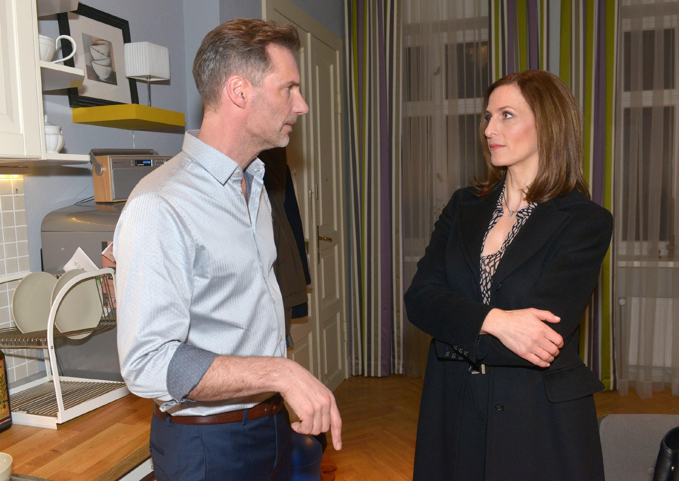 Alexander (Clemens Löhr) gibt Katrin (Ulrike Frank) die Schuld an Marens Leid und will sie aus der Wohnung werfen... (Quelle: RTL / Rolf Baumgartner)
