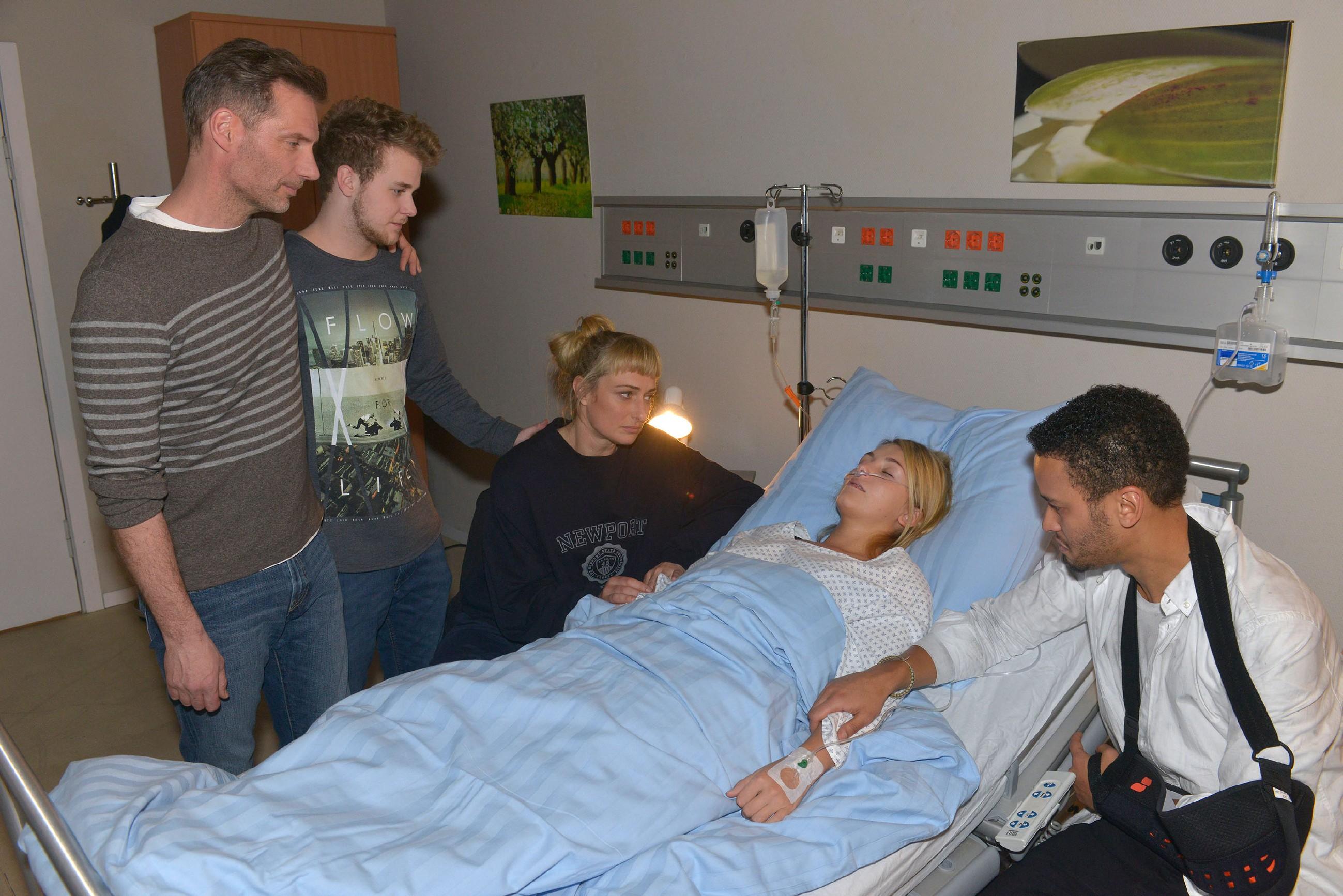 Alexander (Clemens Löhr, l.), Jonas (Felix van Deventer, 2.v.l.) und Maren (Eva Mona Rodekirchen M.) sind froh, dass Lilly (Iris Mareike Steen) dank Amar (Thando Walbaum) mit einer leichten Rauchvergiftung davongekommen ist. (Quelle: RTL / Rolf Baumgartner)